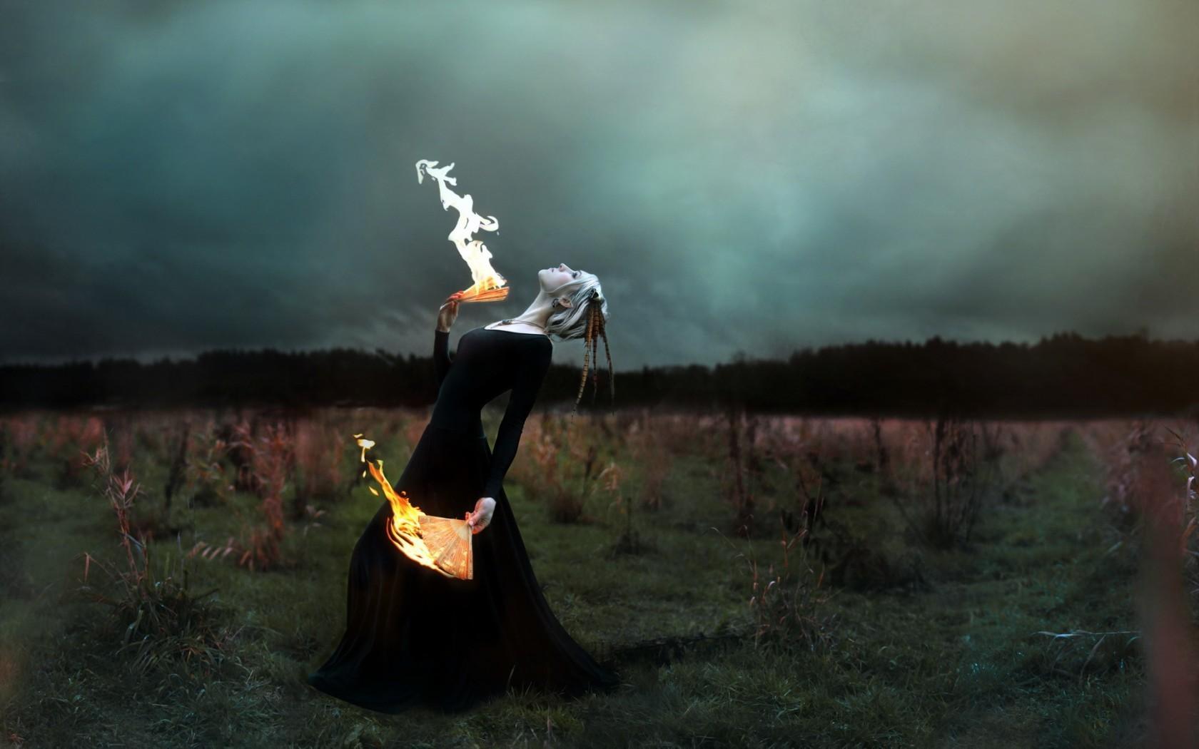 Девушки с факелом на аву