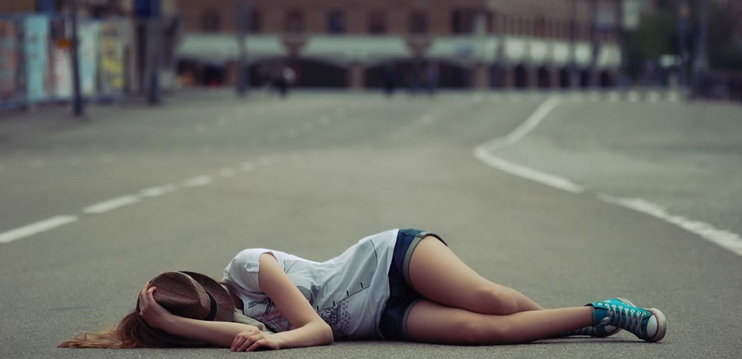 Девушка на дороге фото 700-819