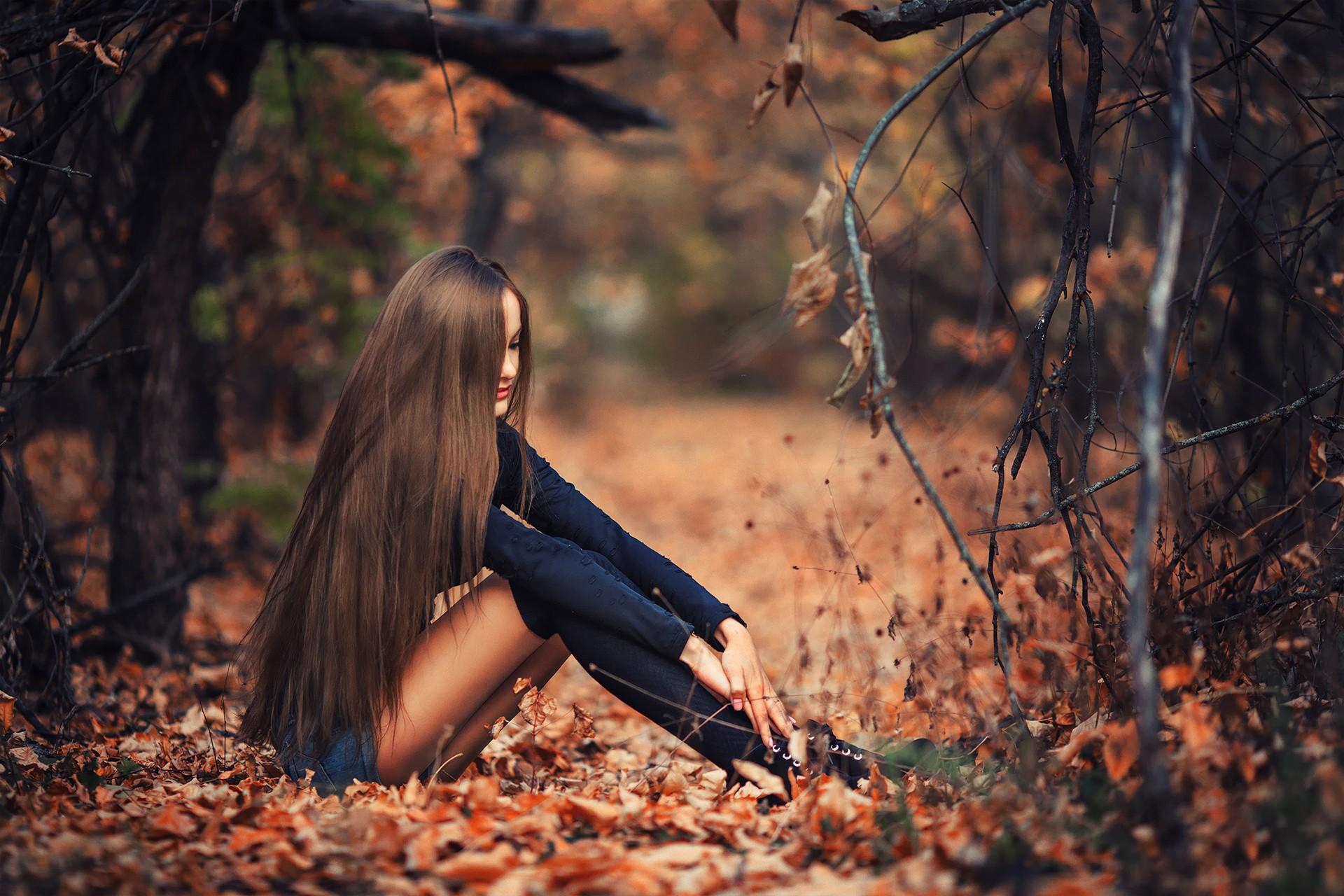 девушка с длинными волосами сидящая задом - 4