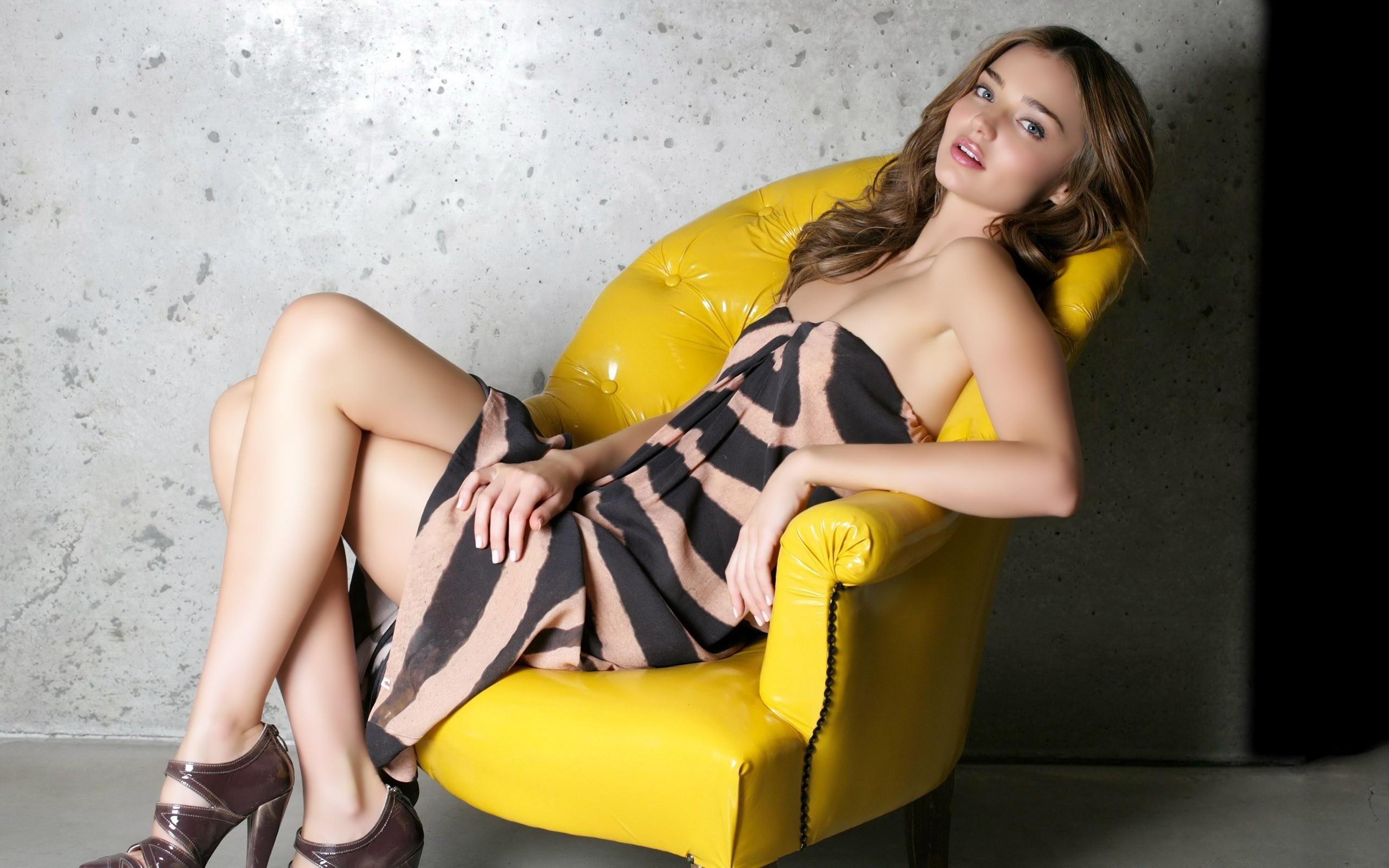 Фото девушек 18 в кресле 7 фотография