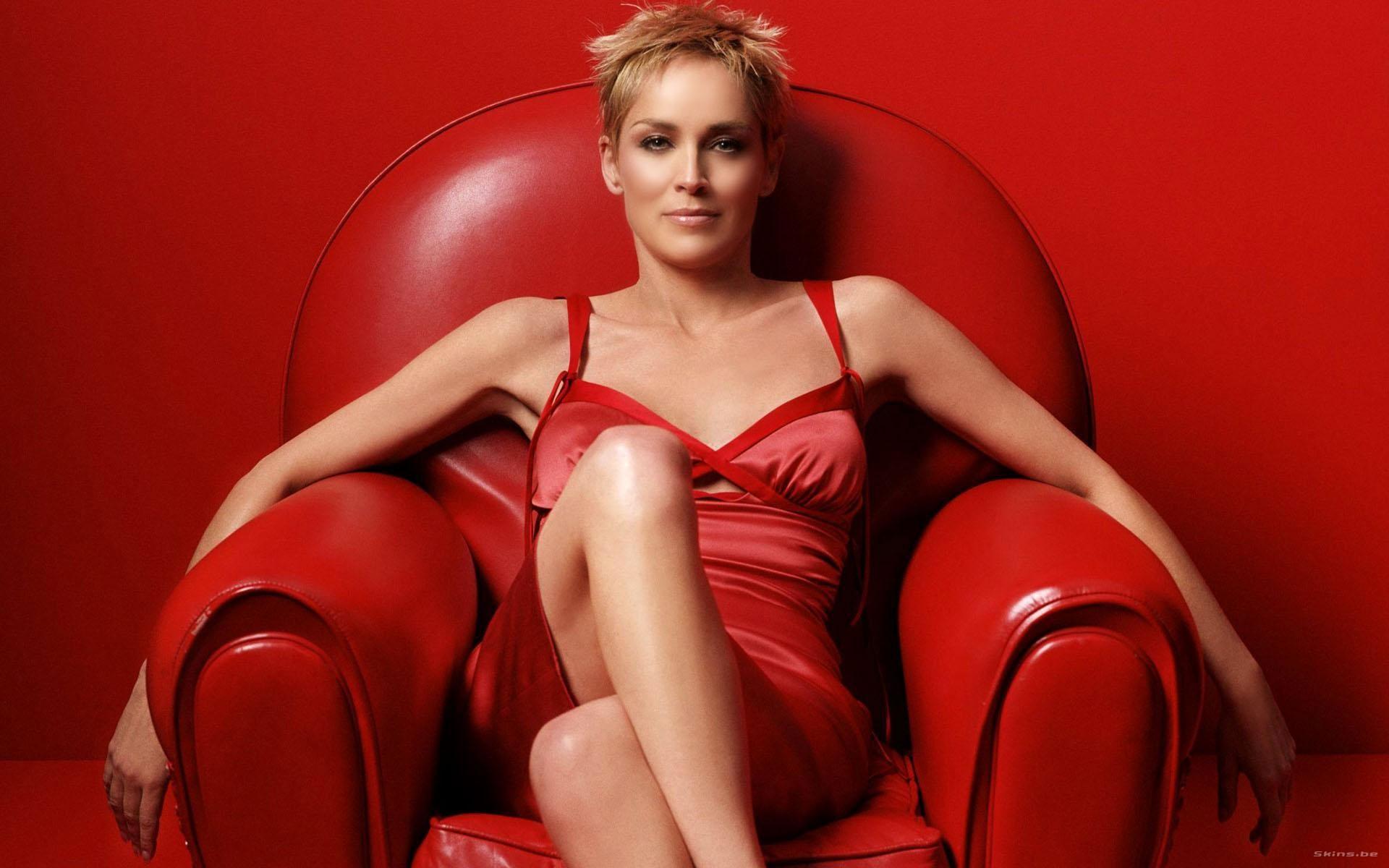 Фото девушек брюнеток в кресле 26 фотография