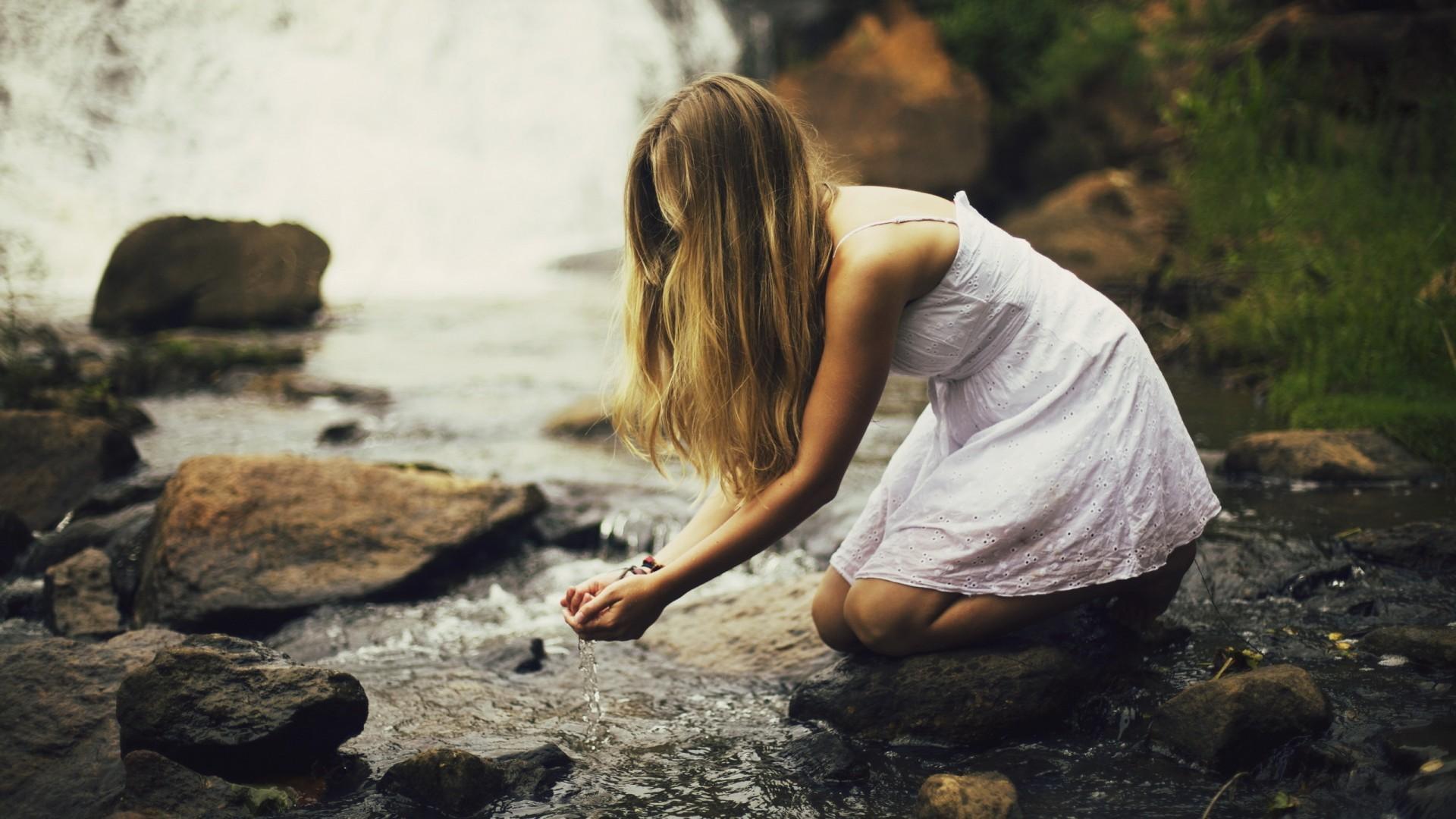 Картинки девушка у реки со спины, открытка мая
