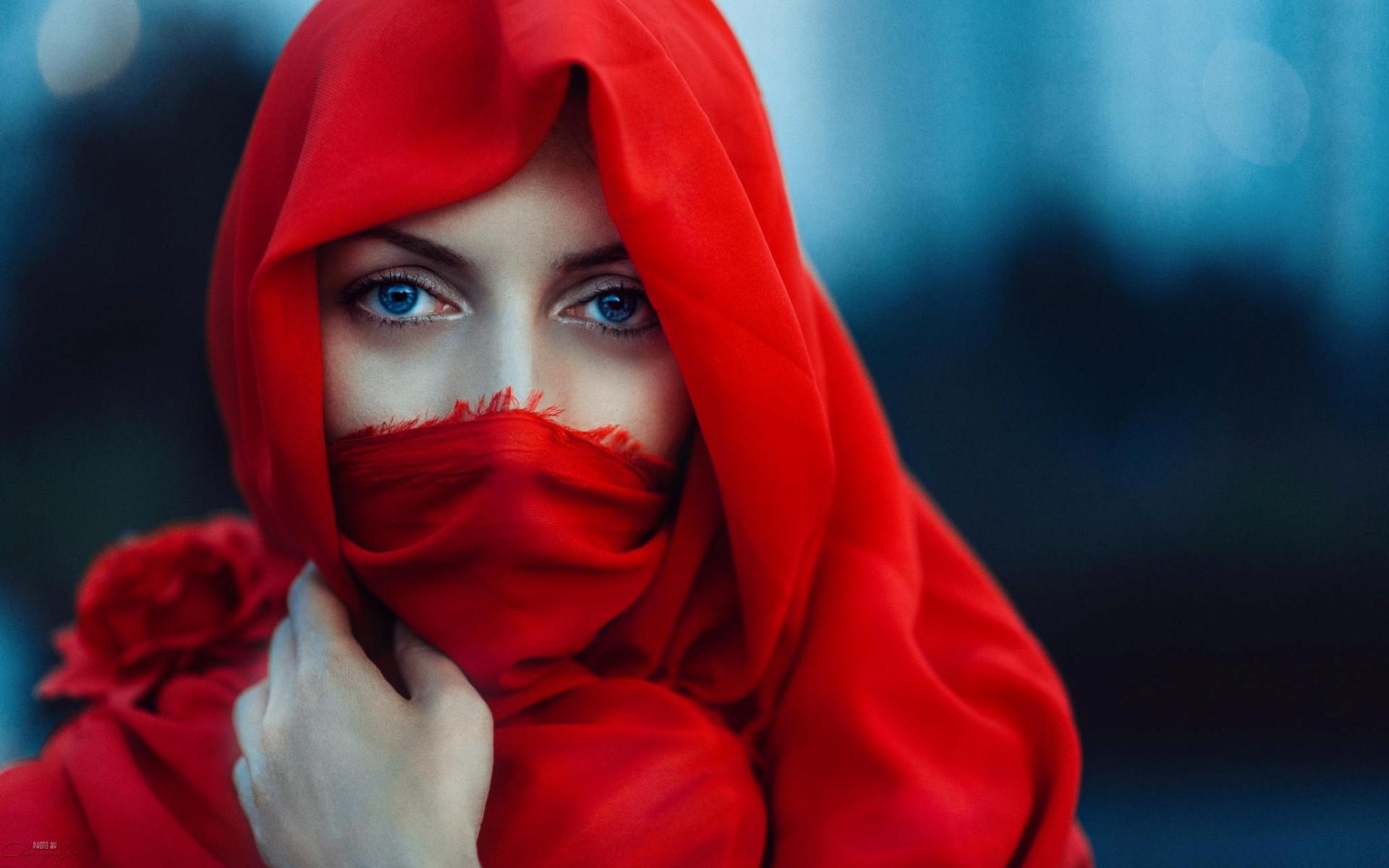 Девушка с платком на лице фото