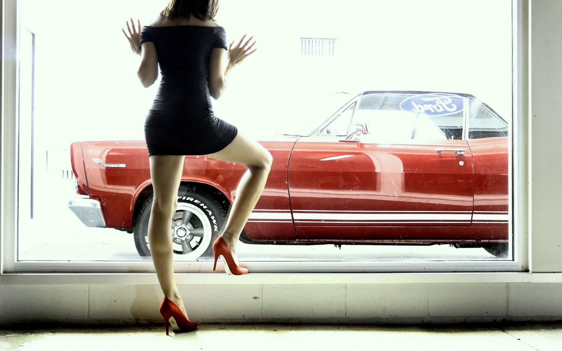Девушка в окне автомобиля фото
