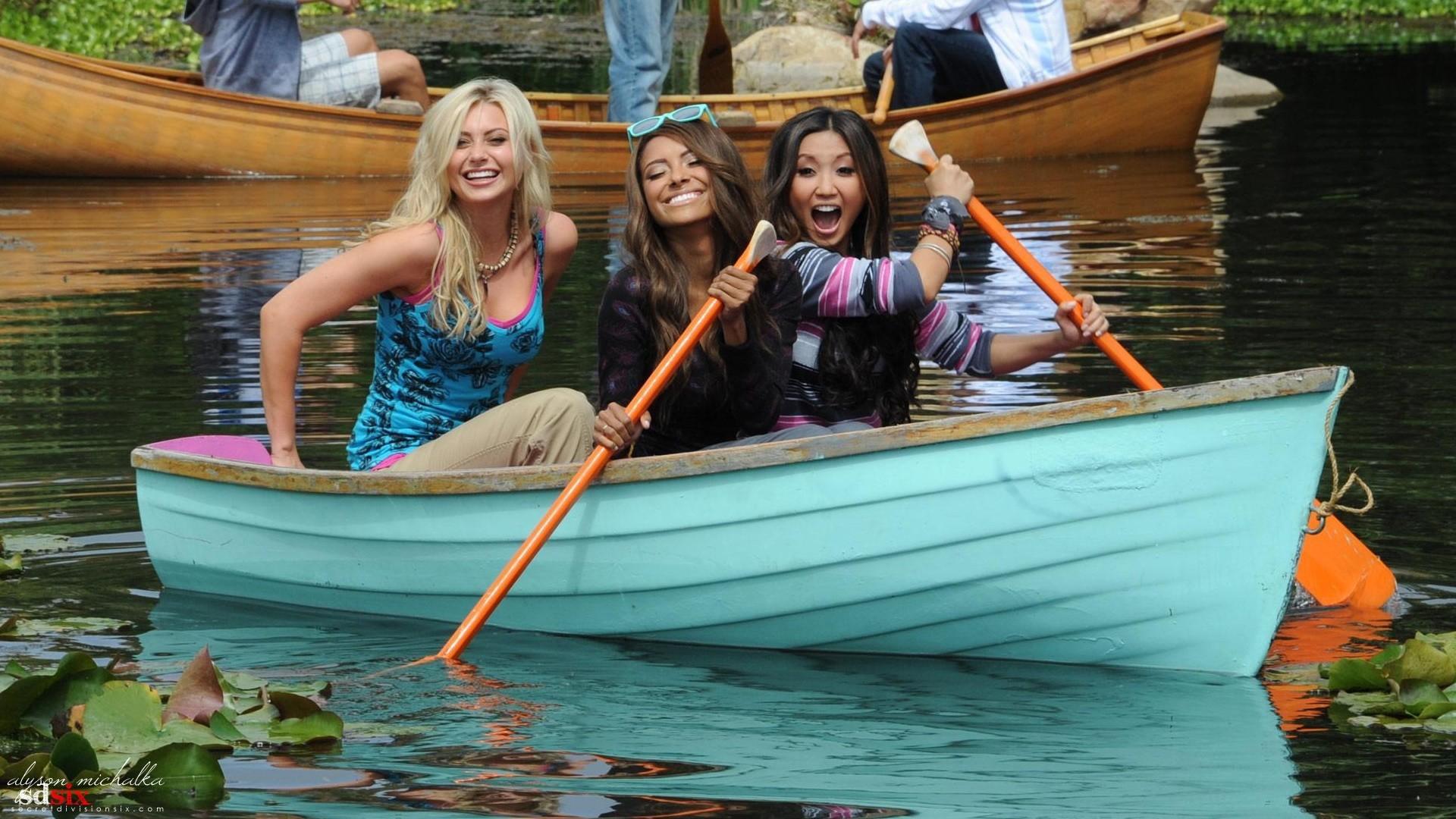 Лодка с людьми картинки
