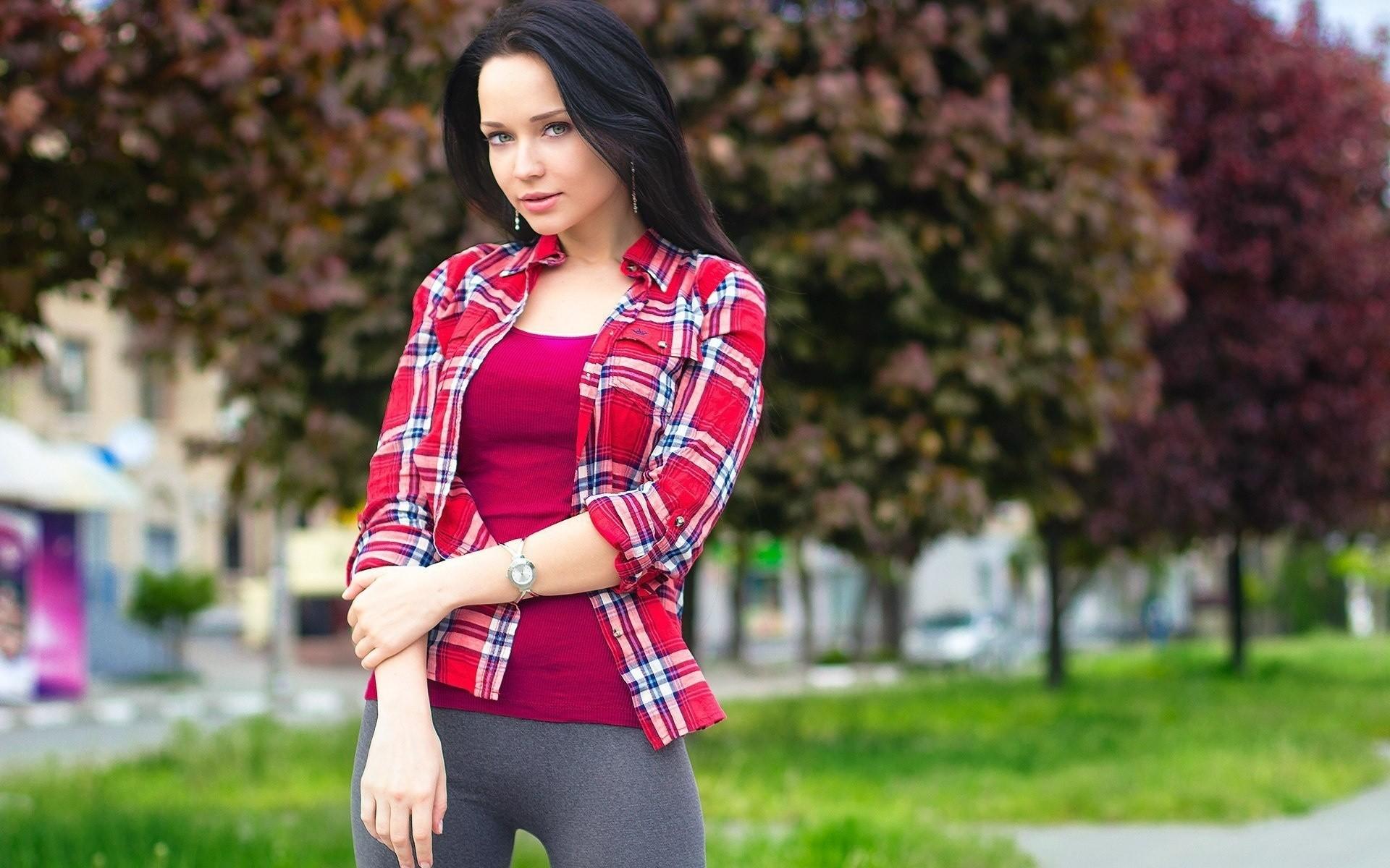 Фото девушек в красных рубашках