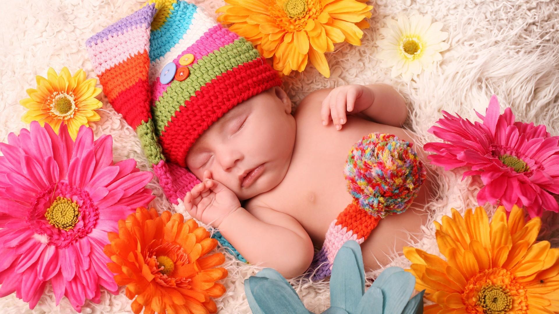 Картинка младенца в цветах