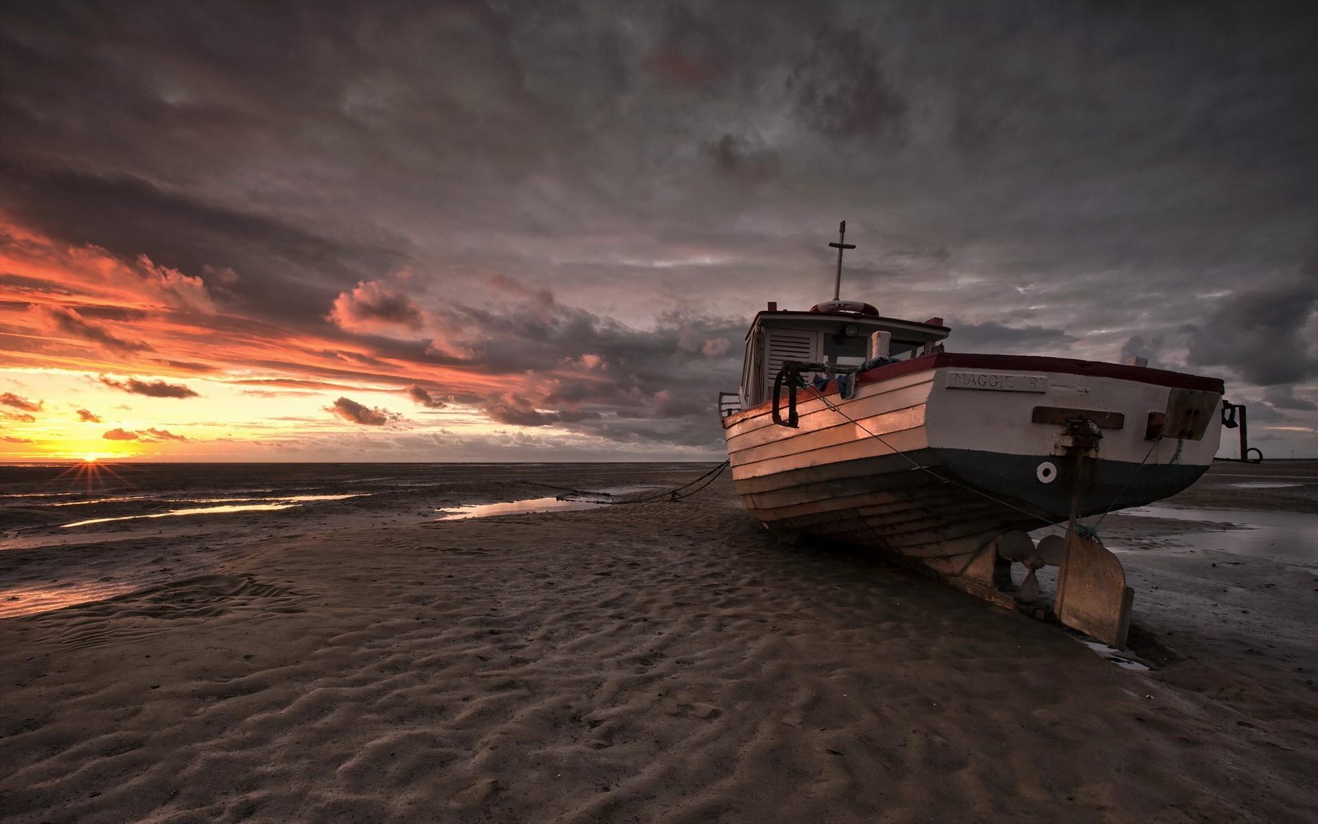 лодка получи песке закат