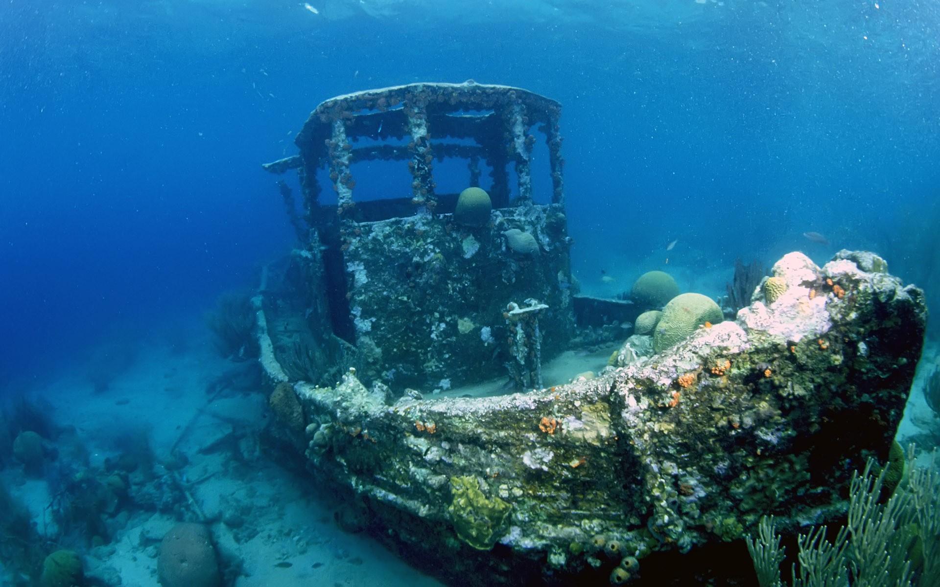 фотографии островов и затонувших на них катеров летней