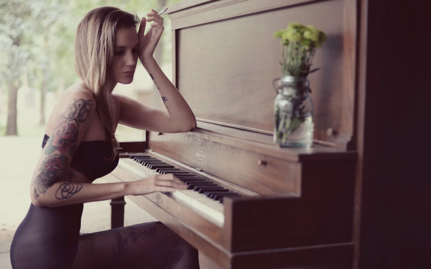 girl playing piano nude