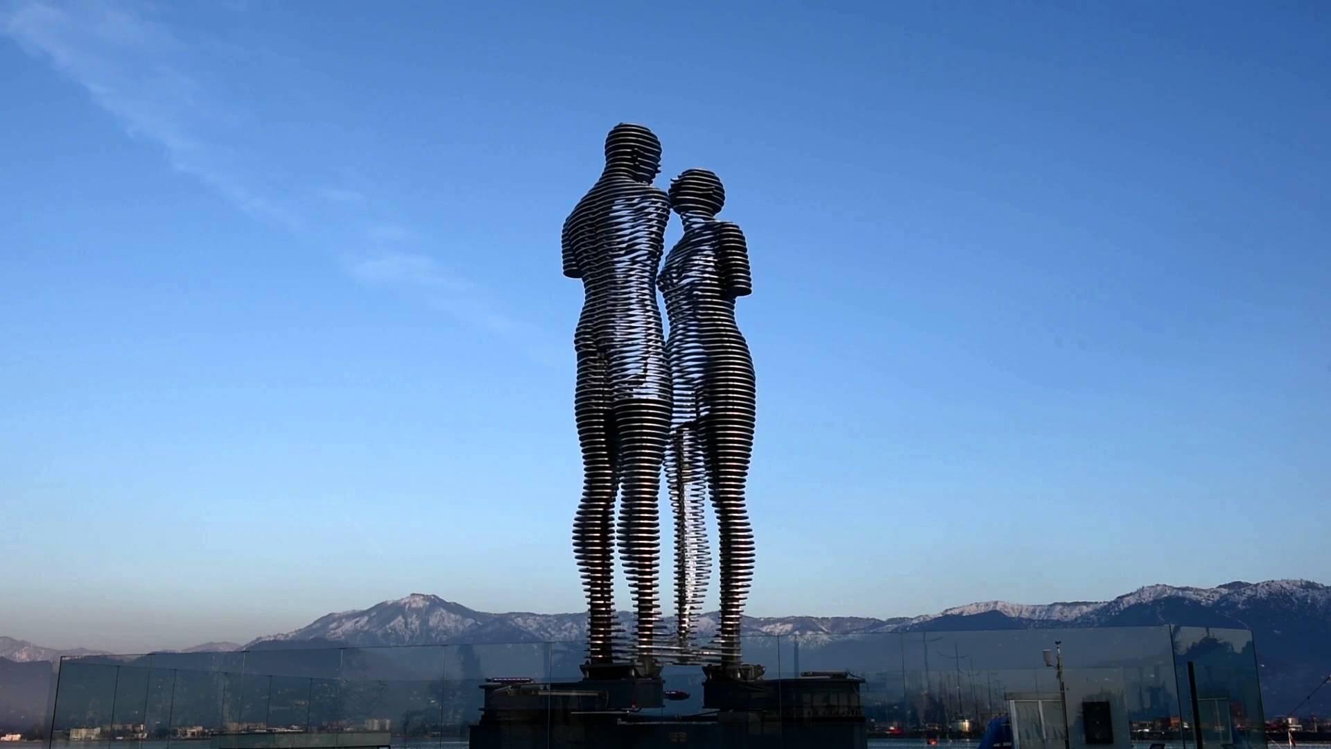 Moving the statue of Ali and Nino Batumi embankment