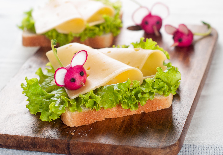 Бутерброд у девушки фото