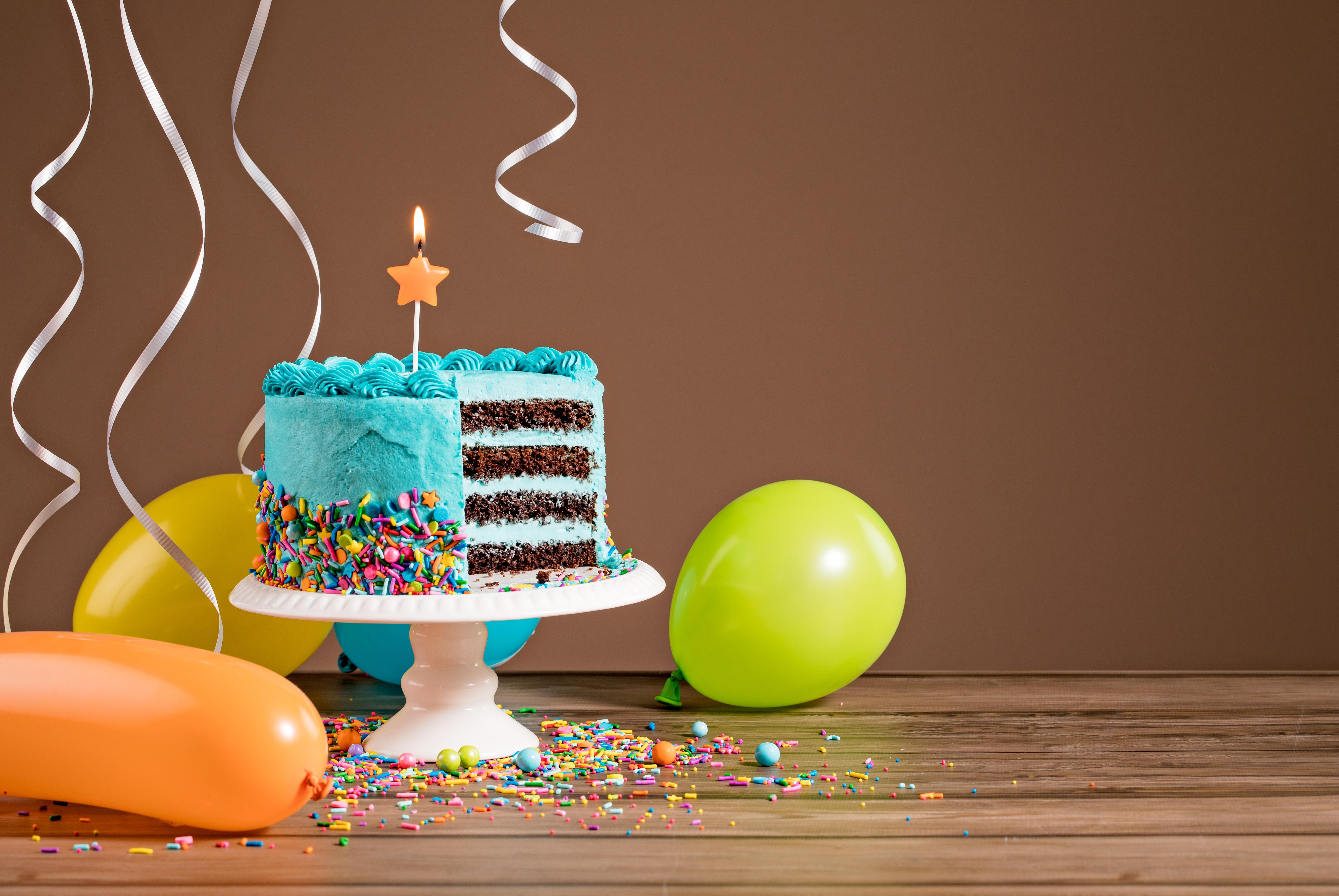 Открытка торт с шарами с днем рождения
