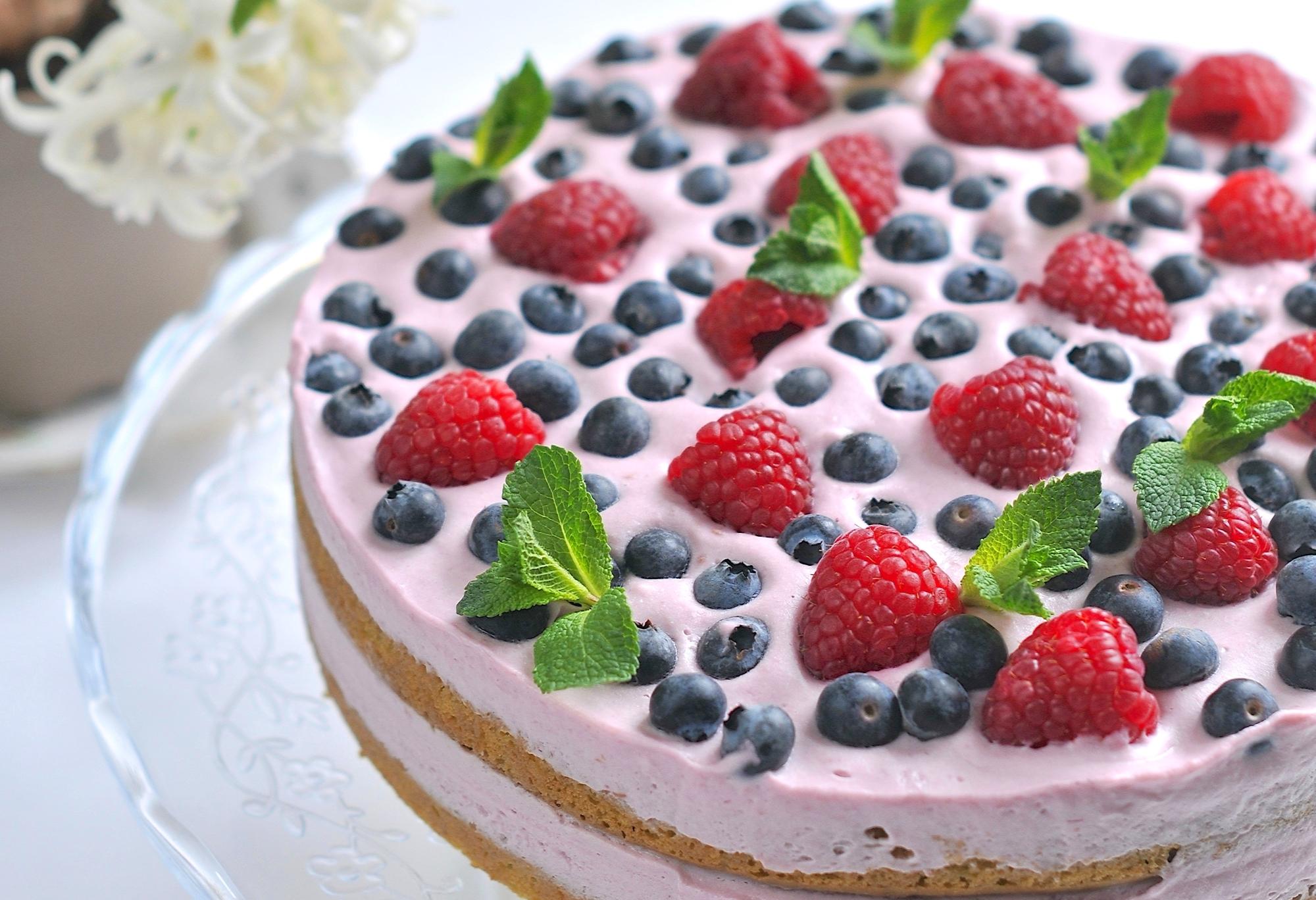 манящие торт с клубникой и голубикой фото деол