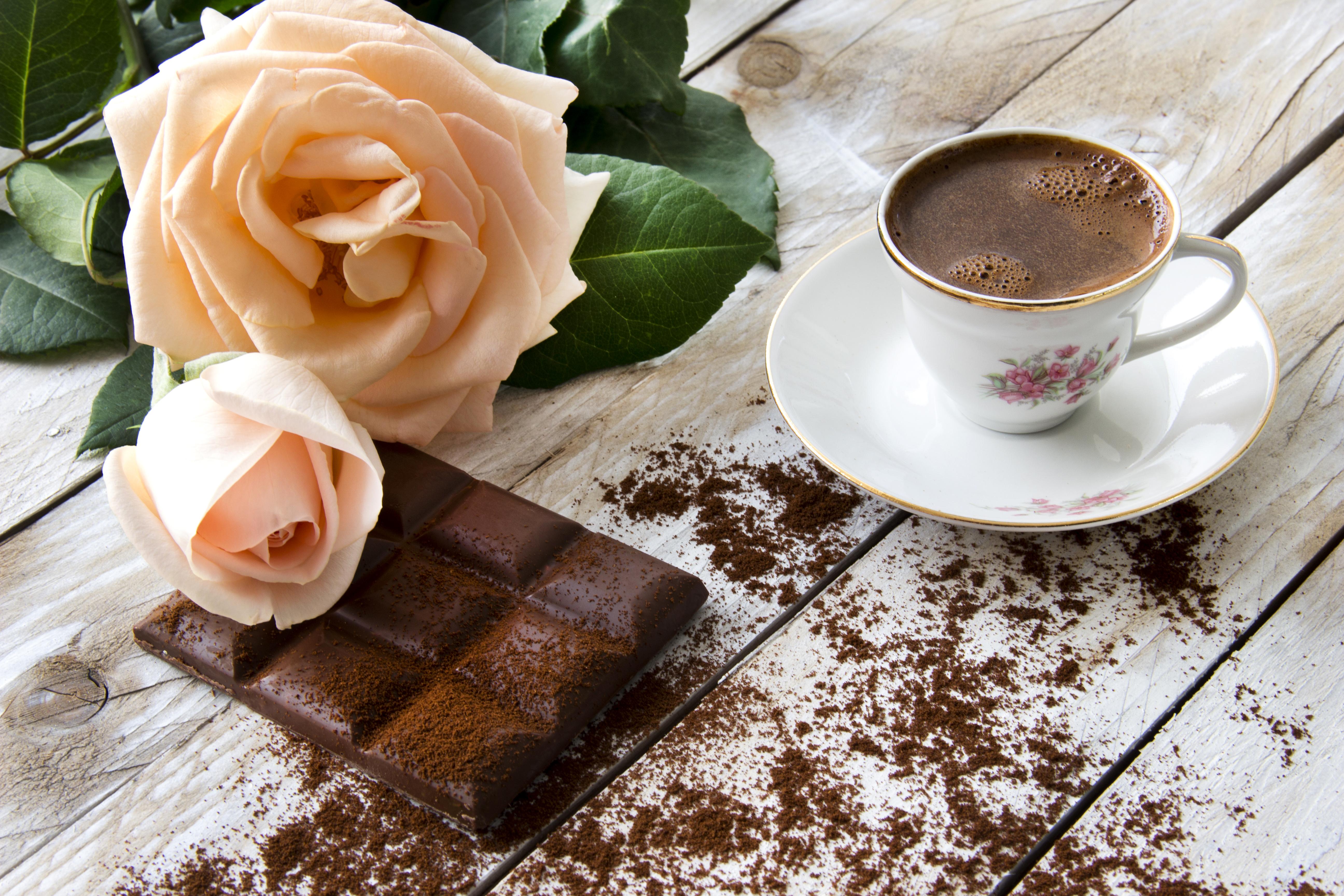 чашки с чаем и кофе