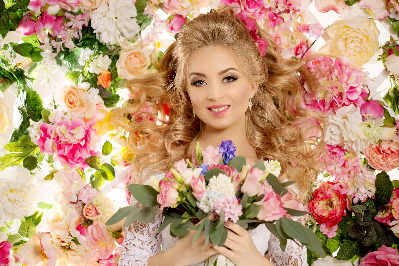 Днем рождения, красивая открытка девушке с цветами
