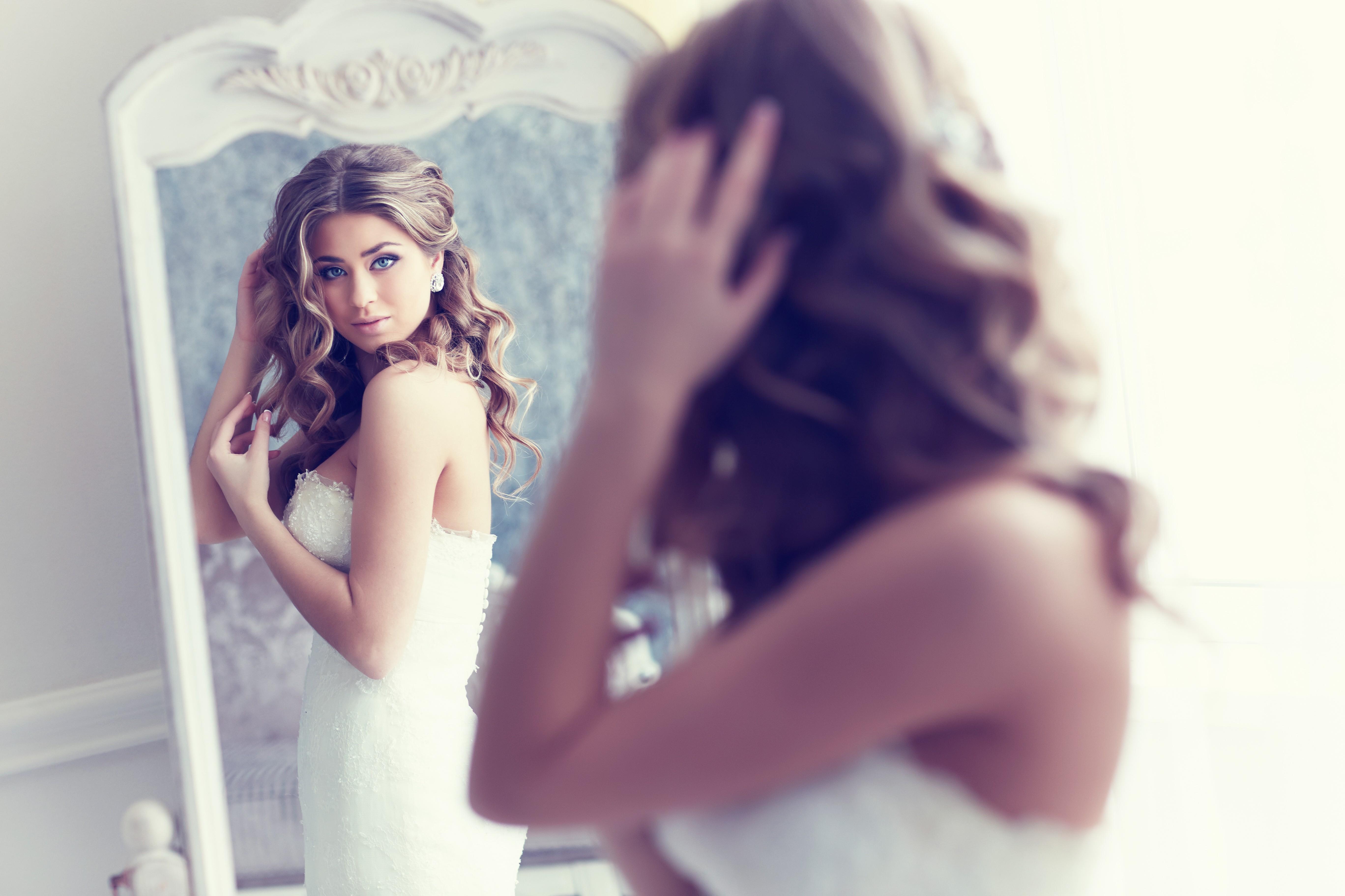 Девушка в зеркале в платье фото