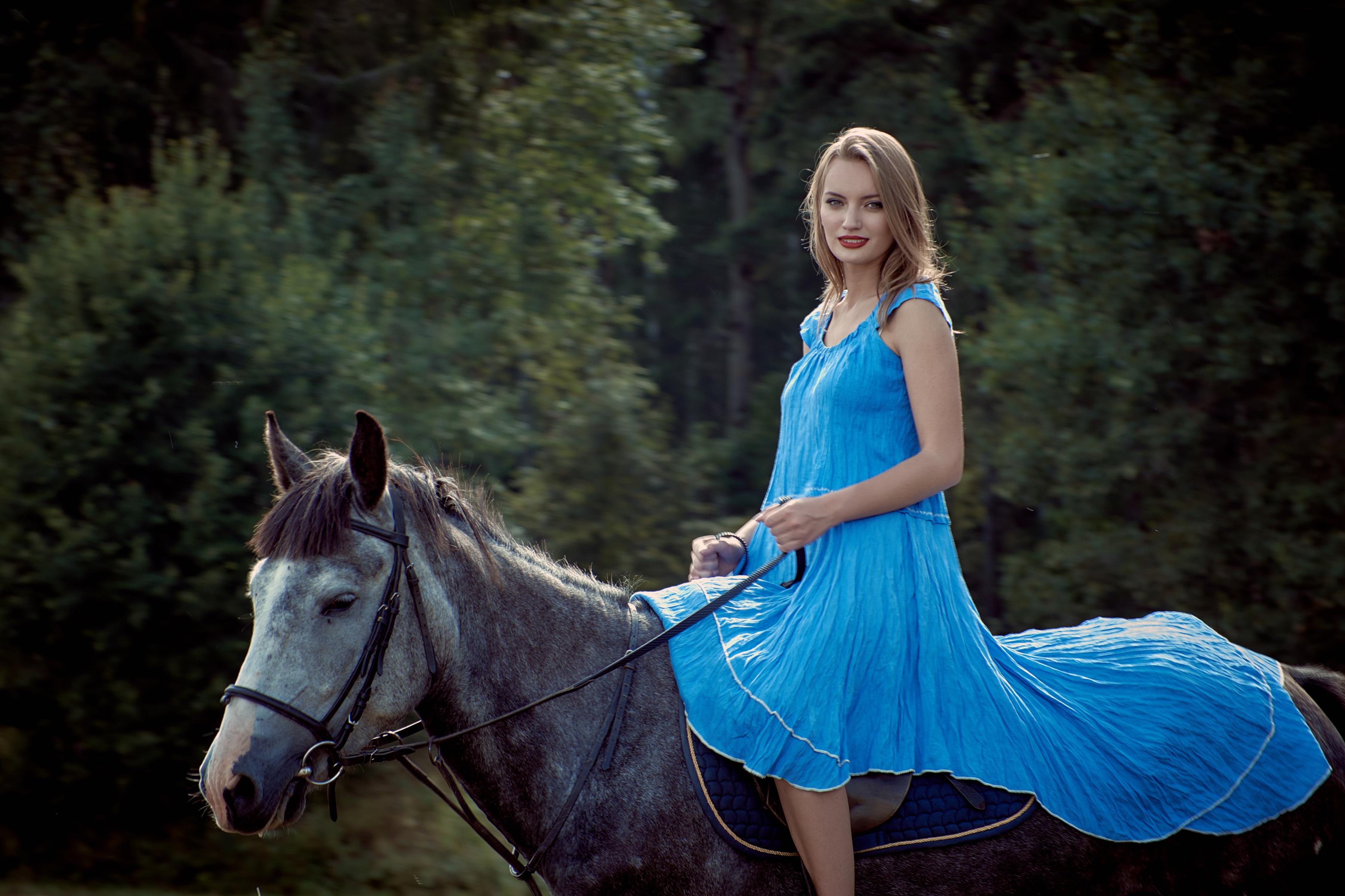 Девушка В Голубом Платье Фото