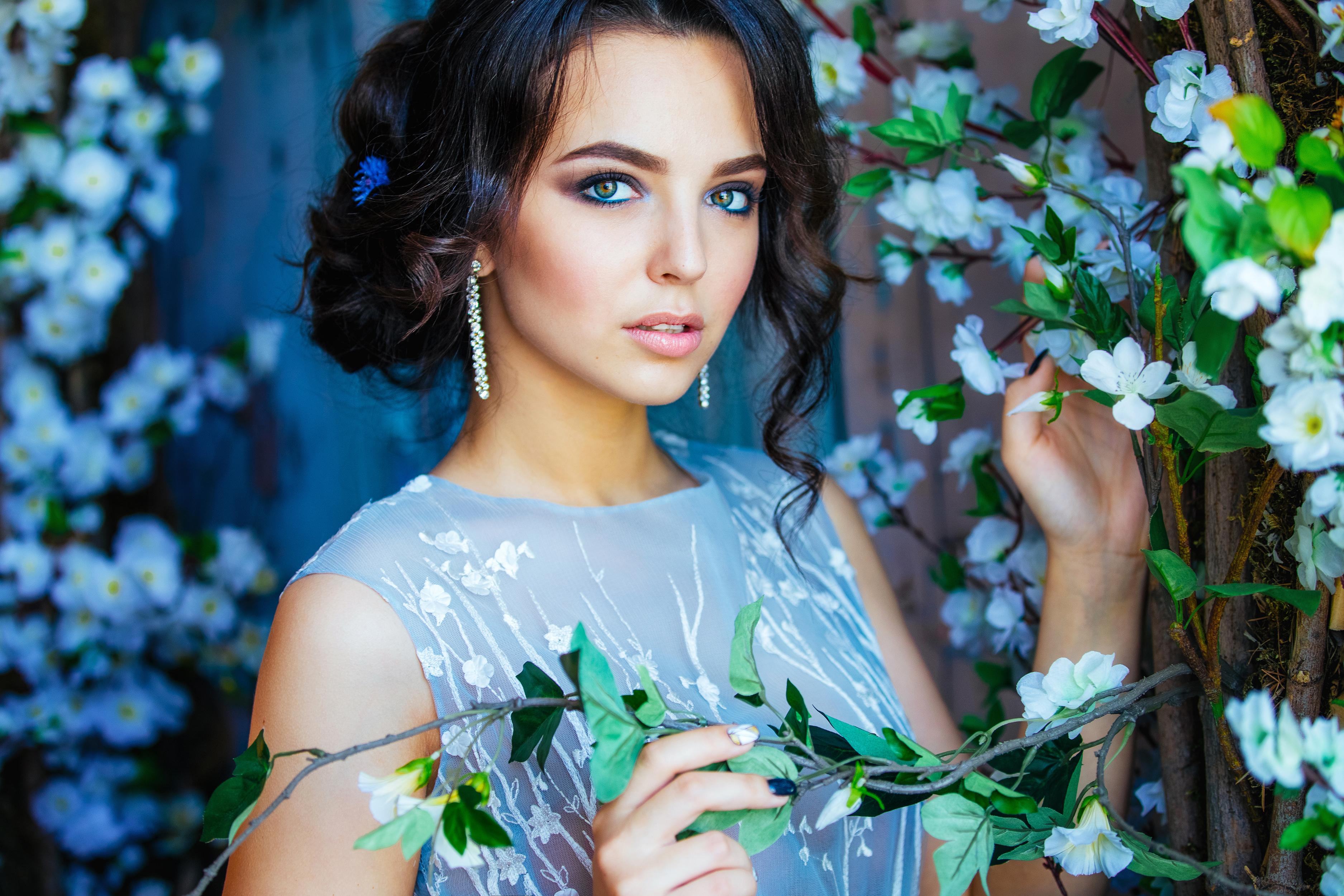 Фото картинки девушек с цветами брюнетки