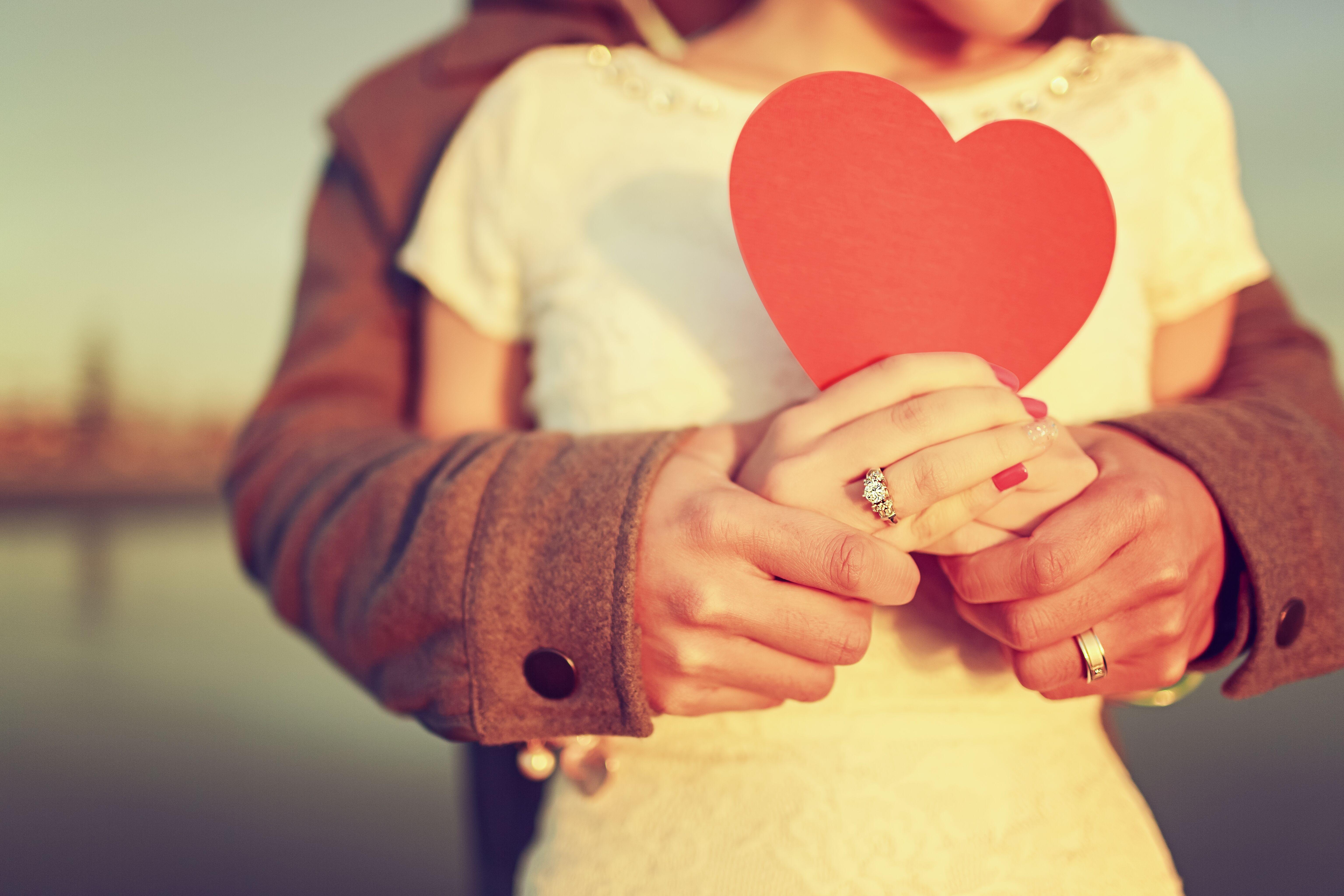 фото на аву сердечко в руках одно преимущество