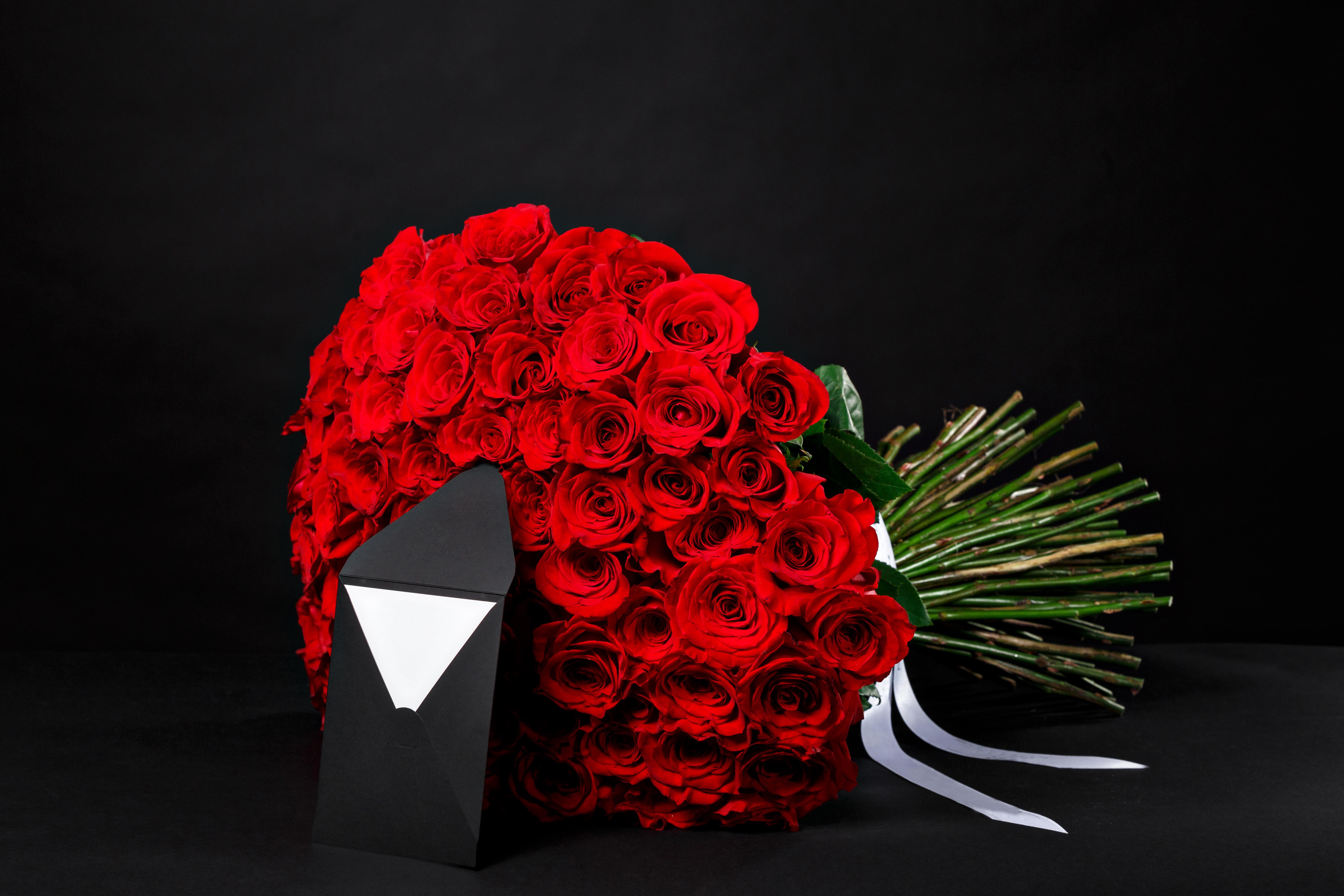 Открытка с большим букетом роз на 8 марта, стихами днем