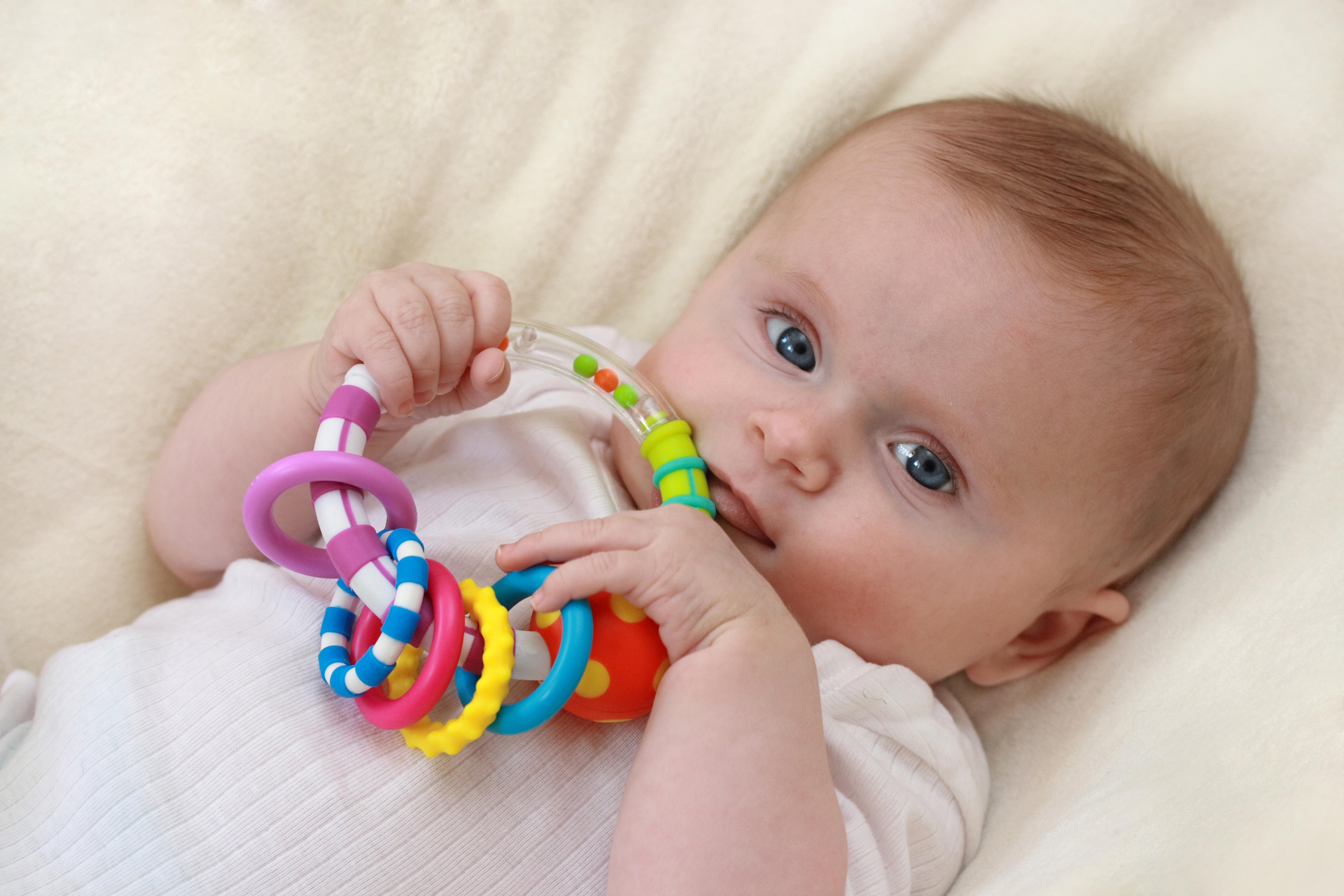 картинки малыш с погремушками наложенные