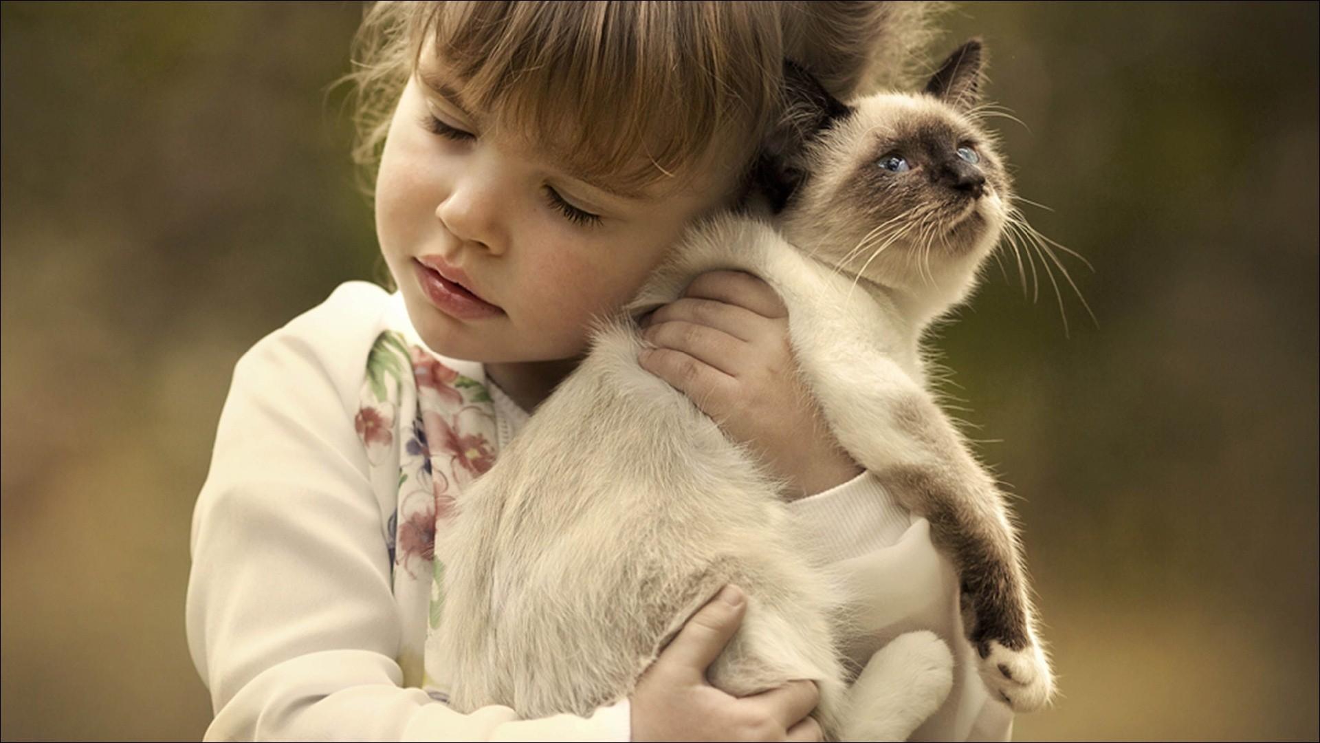 Фото ребёнка с котёнком
