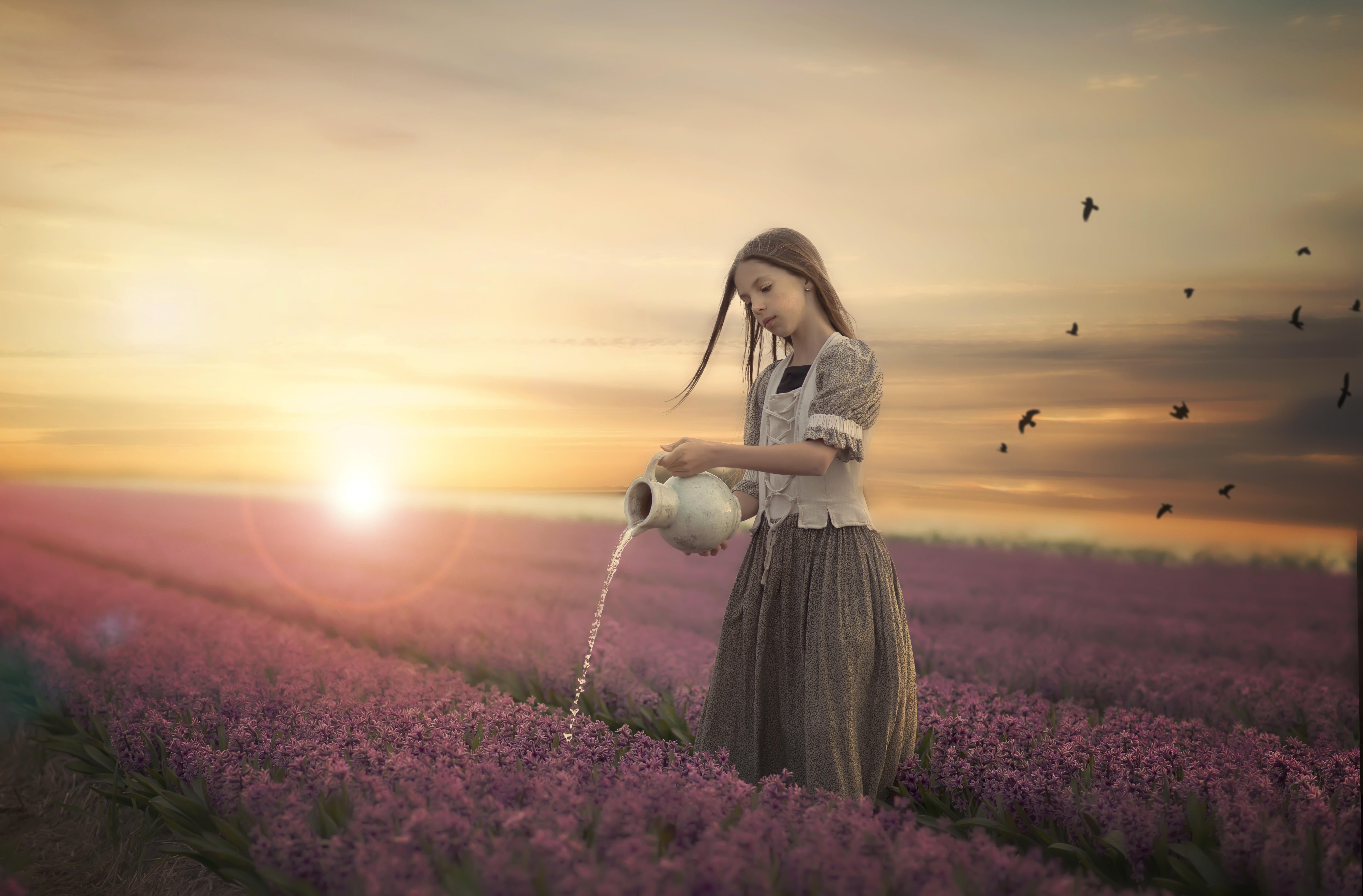 Открытка девочка в поле