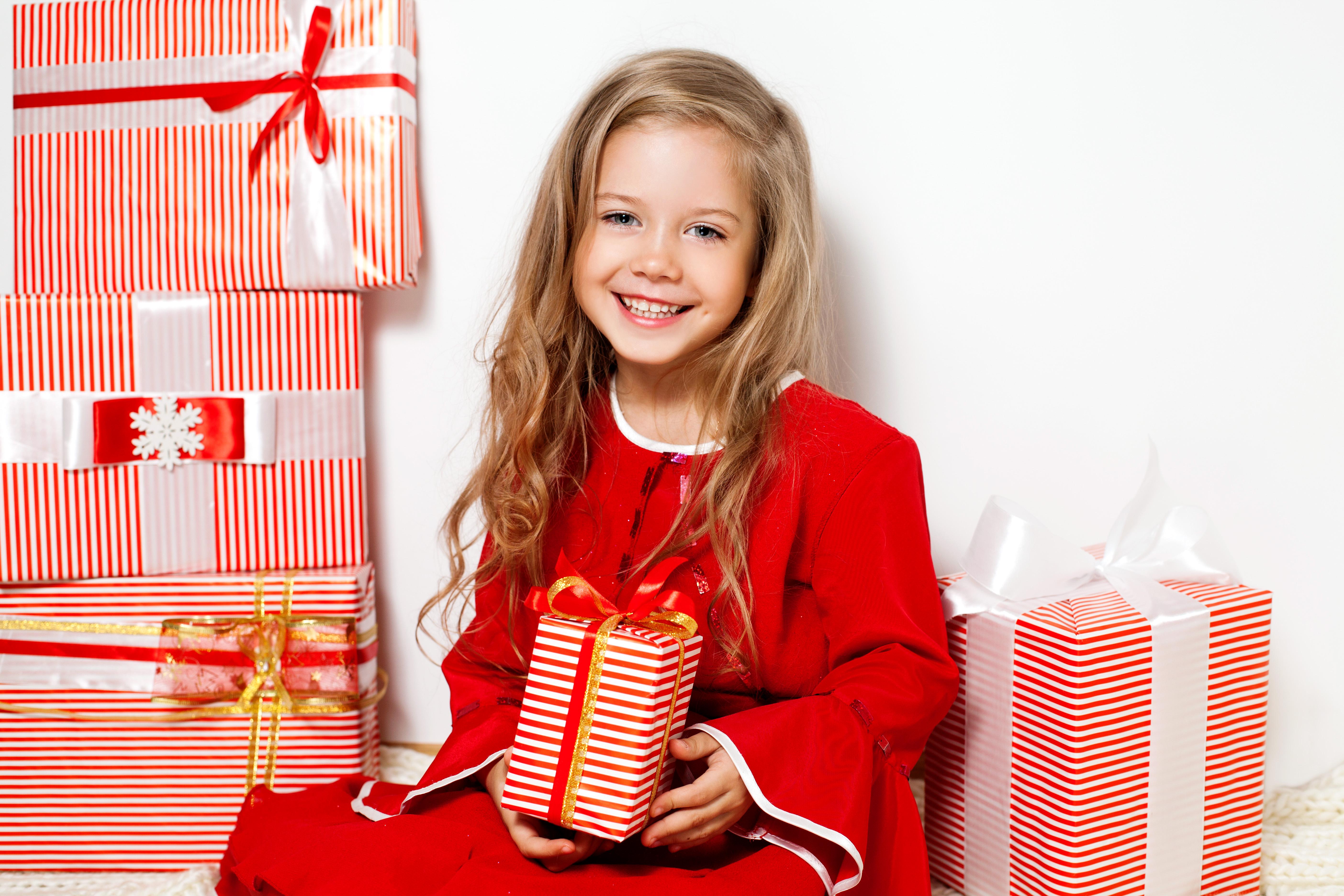 Картинки детям дарят подарок