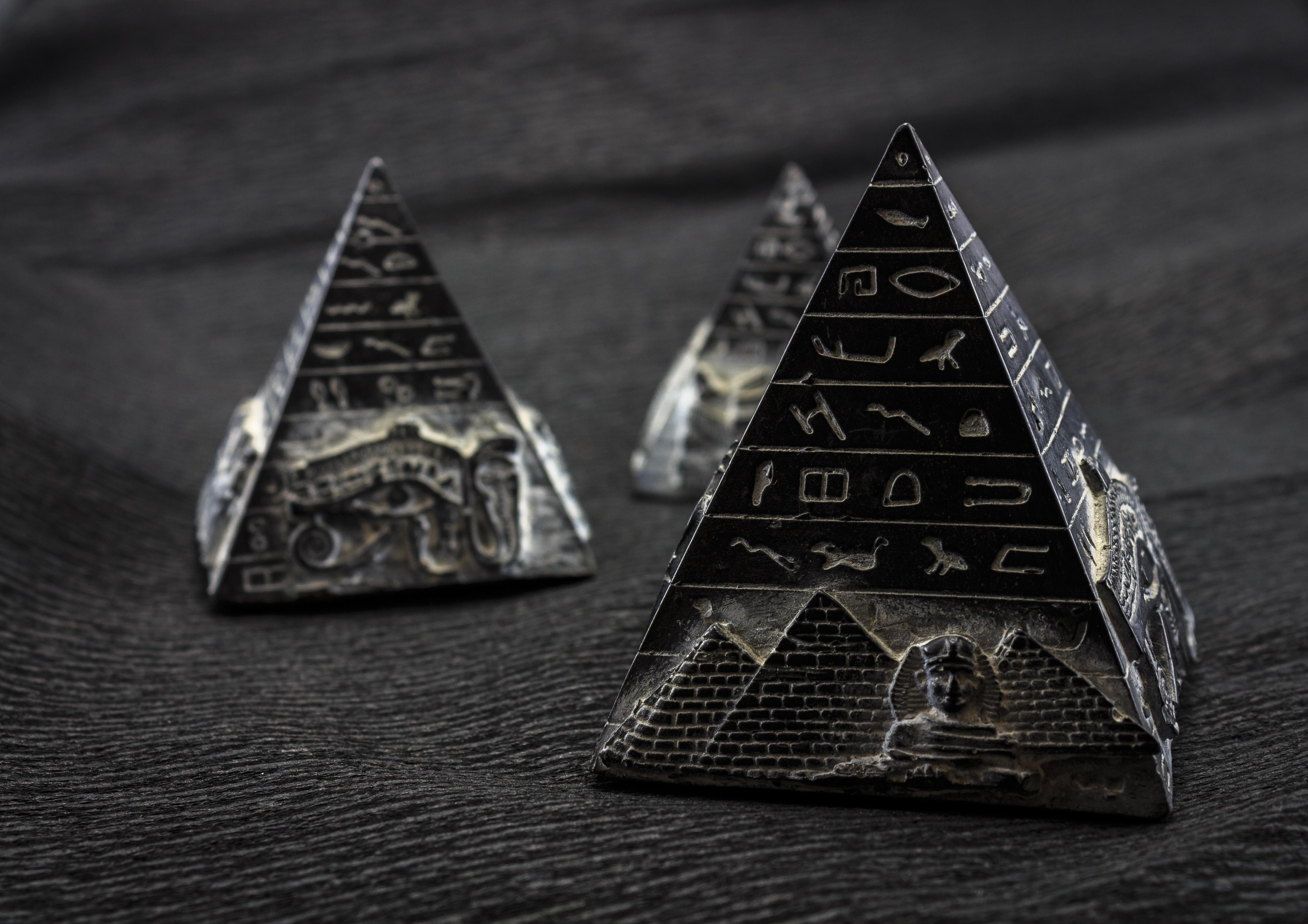 больше подойдет картинка черная пирамида на телефон многое отдала