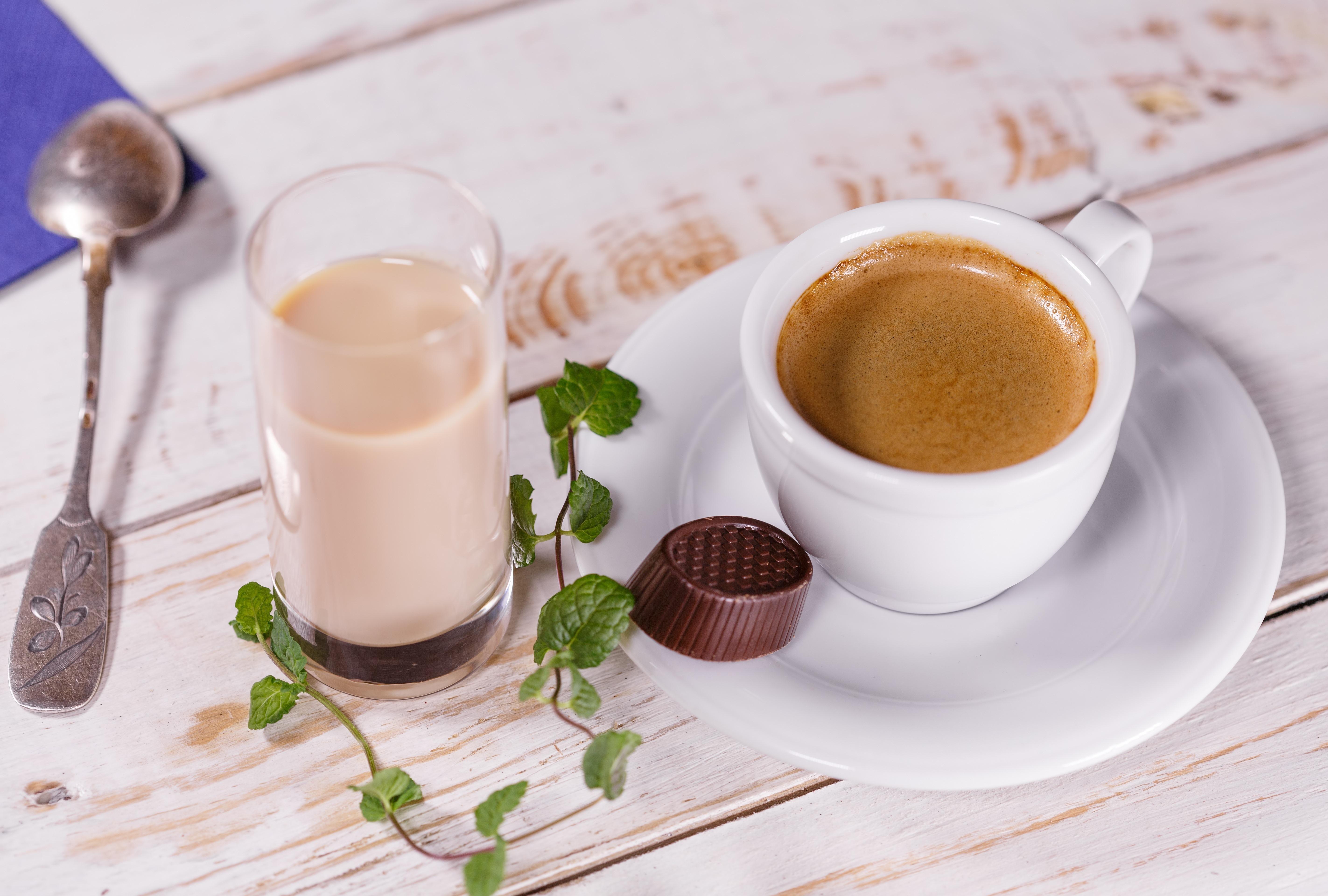 Фото кофе в чашке с молоком