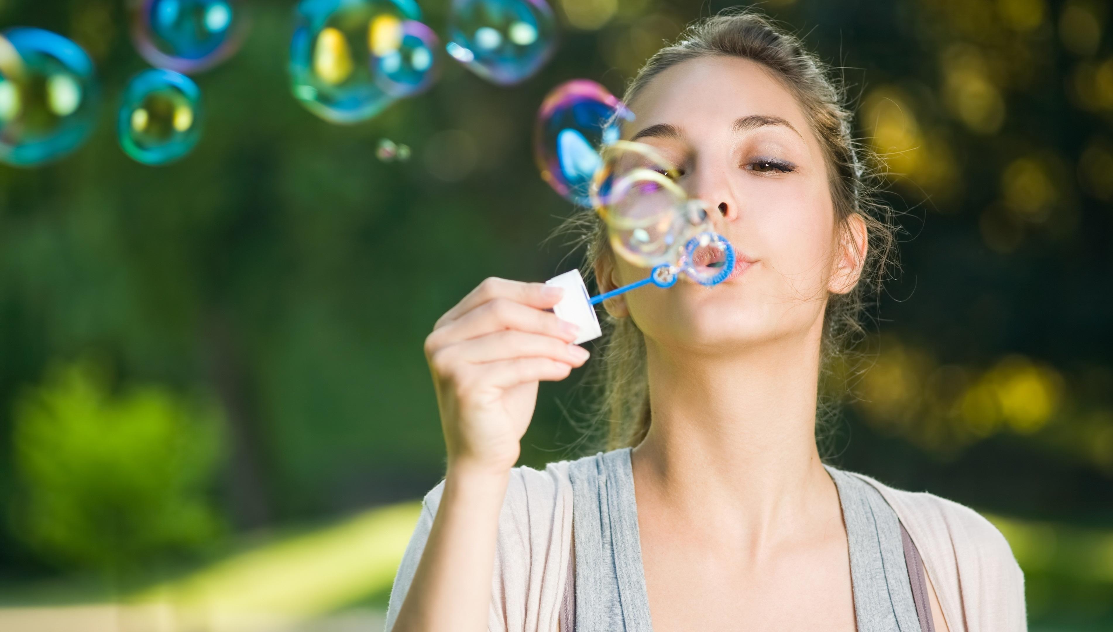 Люблю, девушка с мыльными пузырями картинка