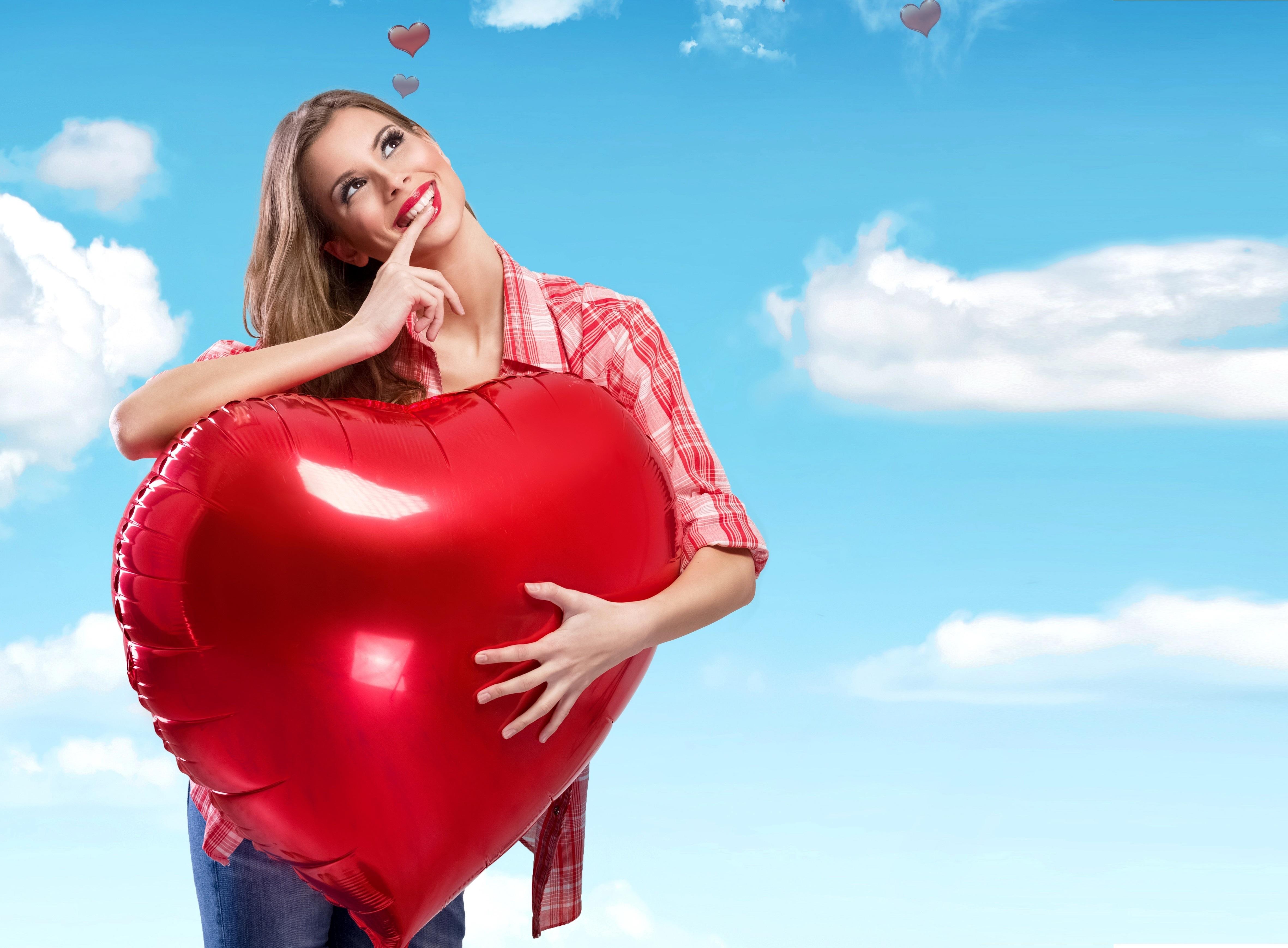 Картинка девочки с сердцем в руках