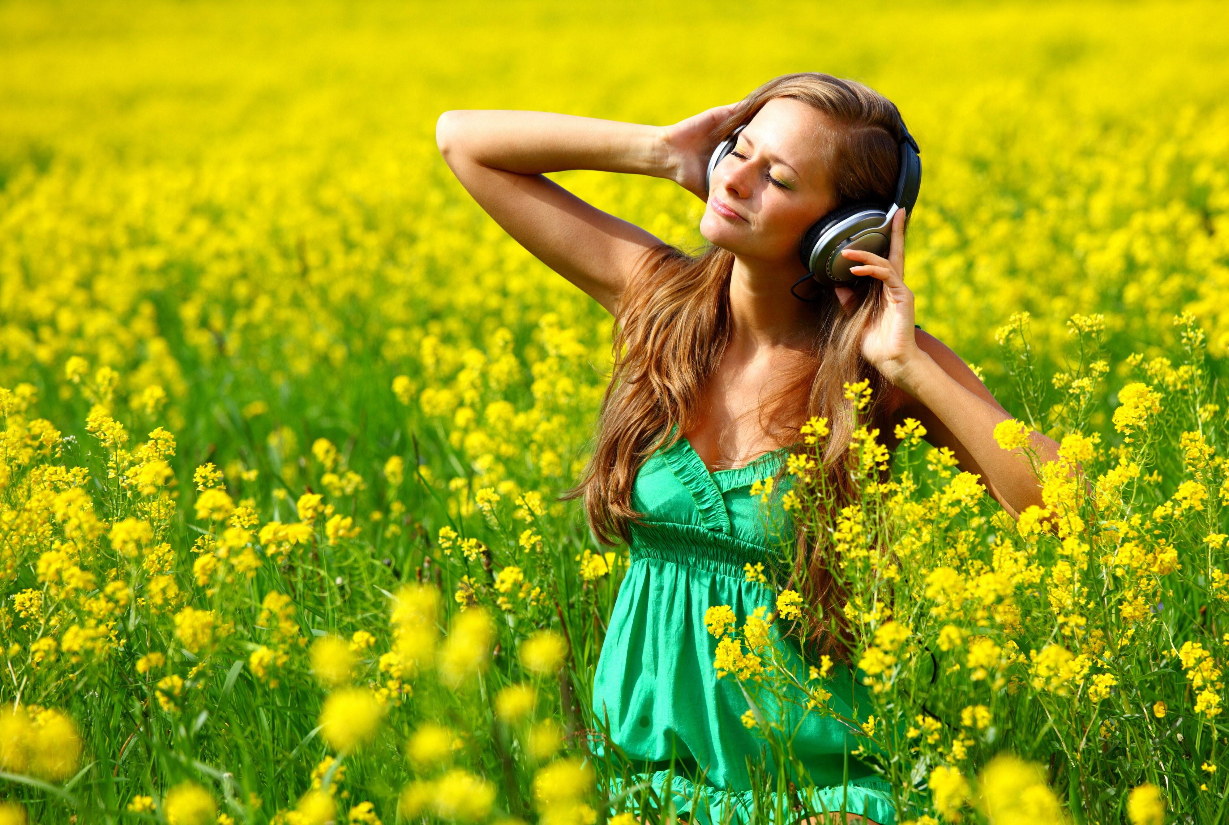 Картинки с девушкой слушать