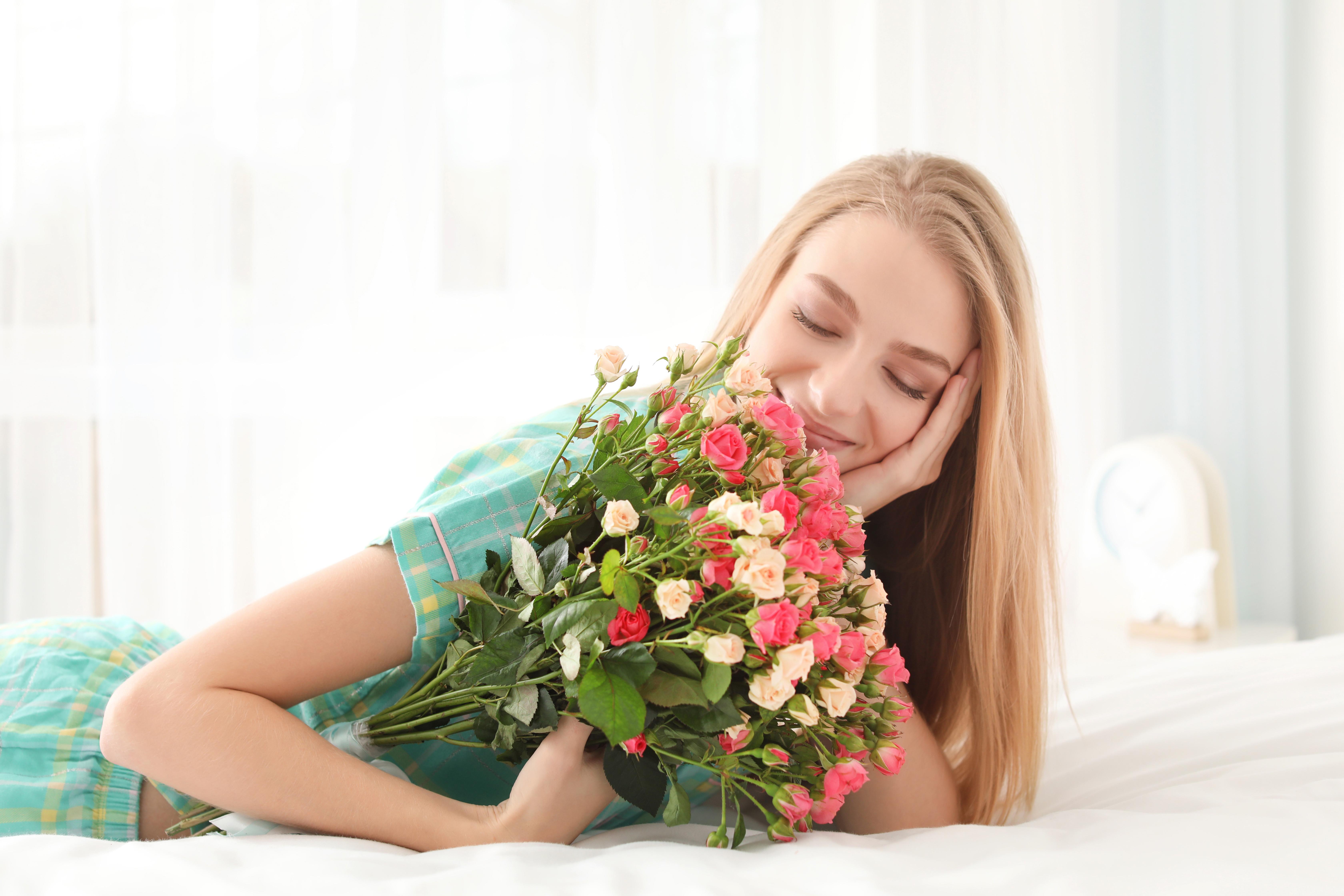 Красивые девушки с розами в руках фото