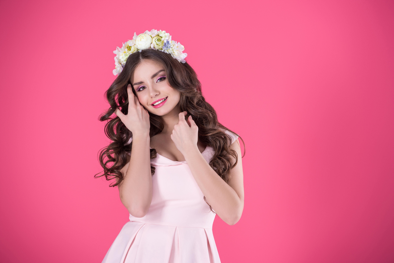 Картинки красивые девушки на розовом фоне
