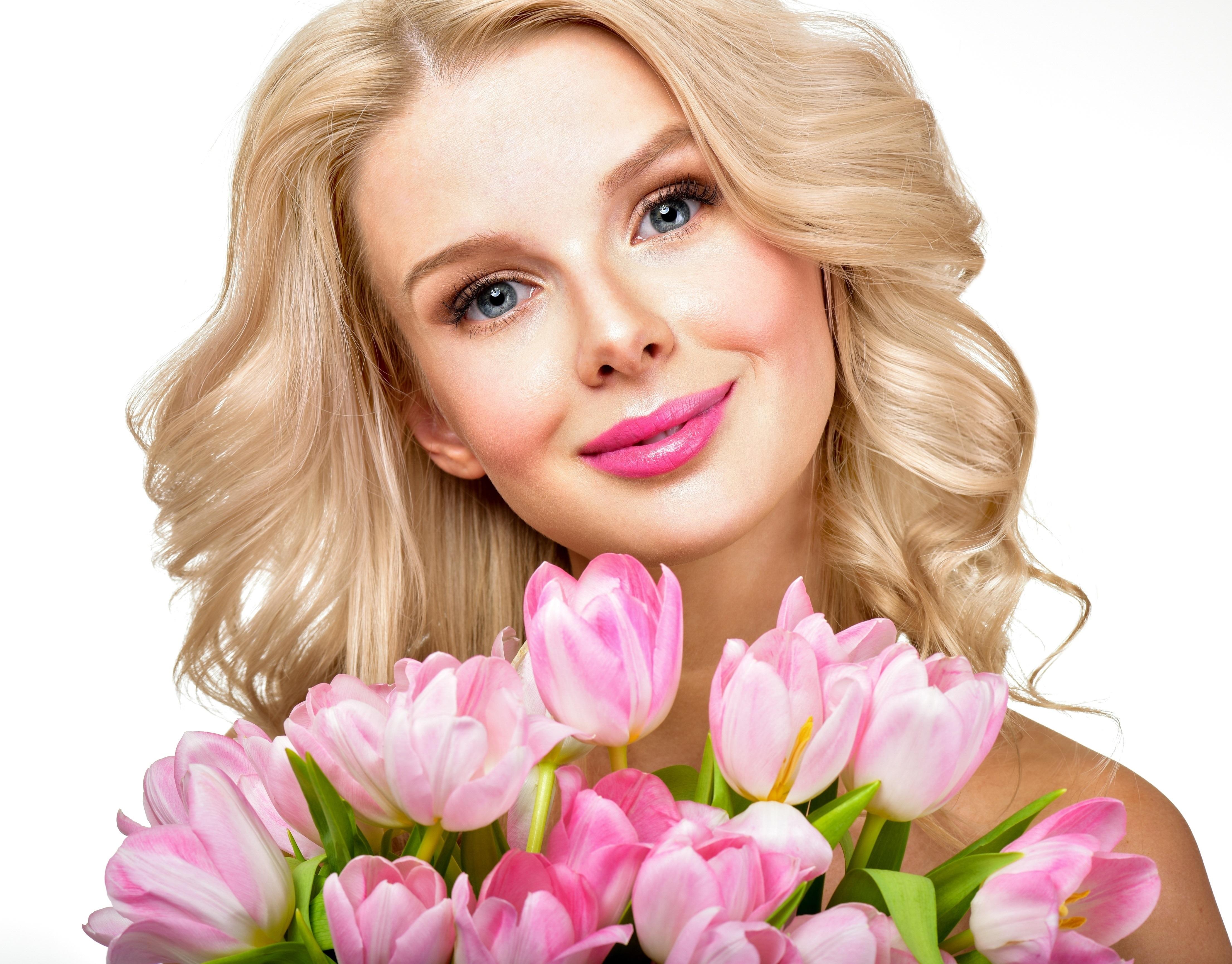 Открытка блондинка с цветами
