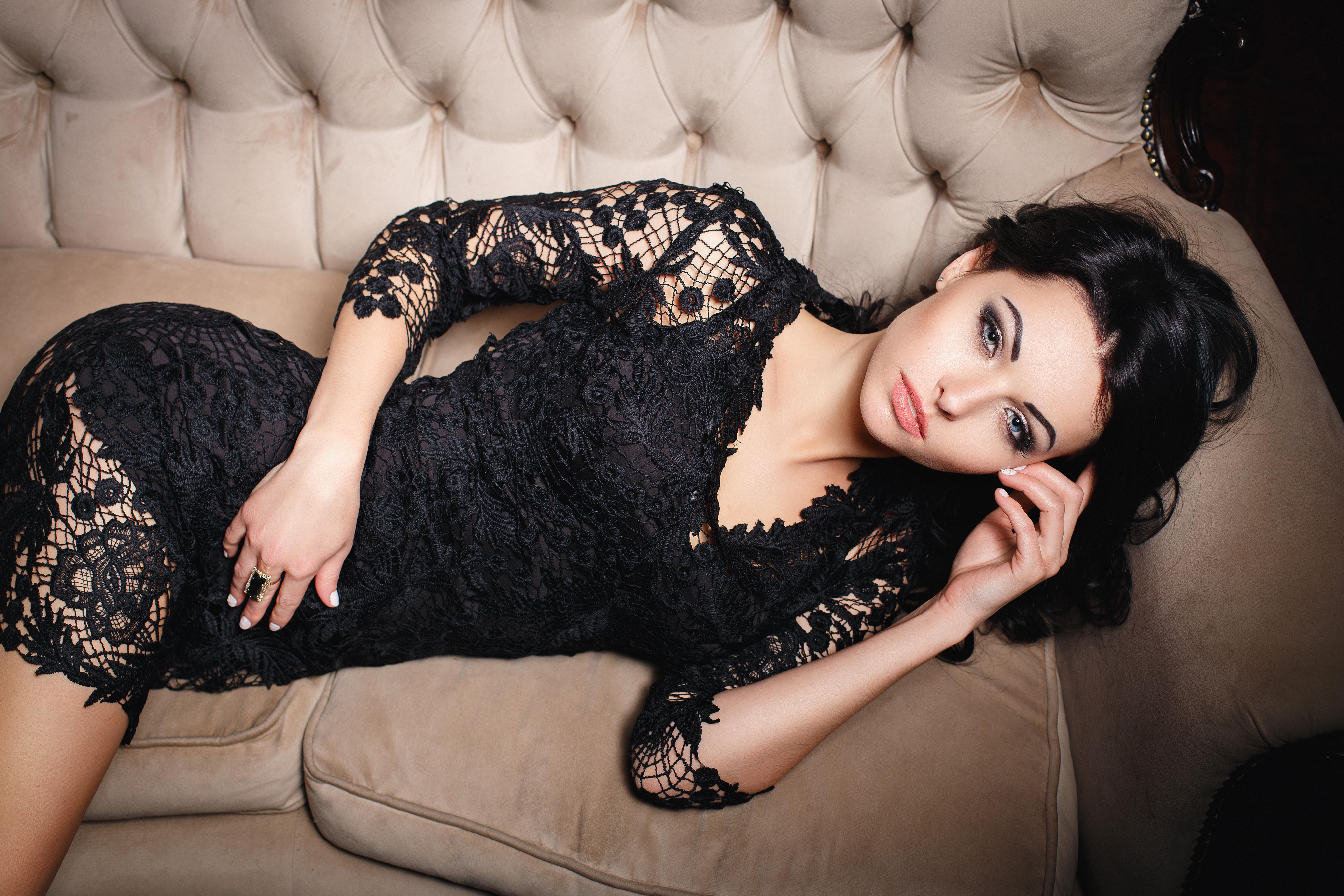 Юной фото девушка брюнетка в платье вечернем