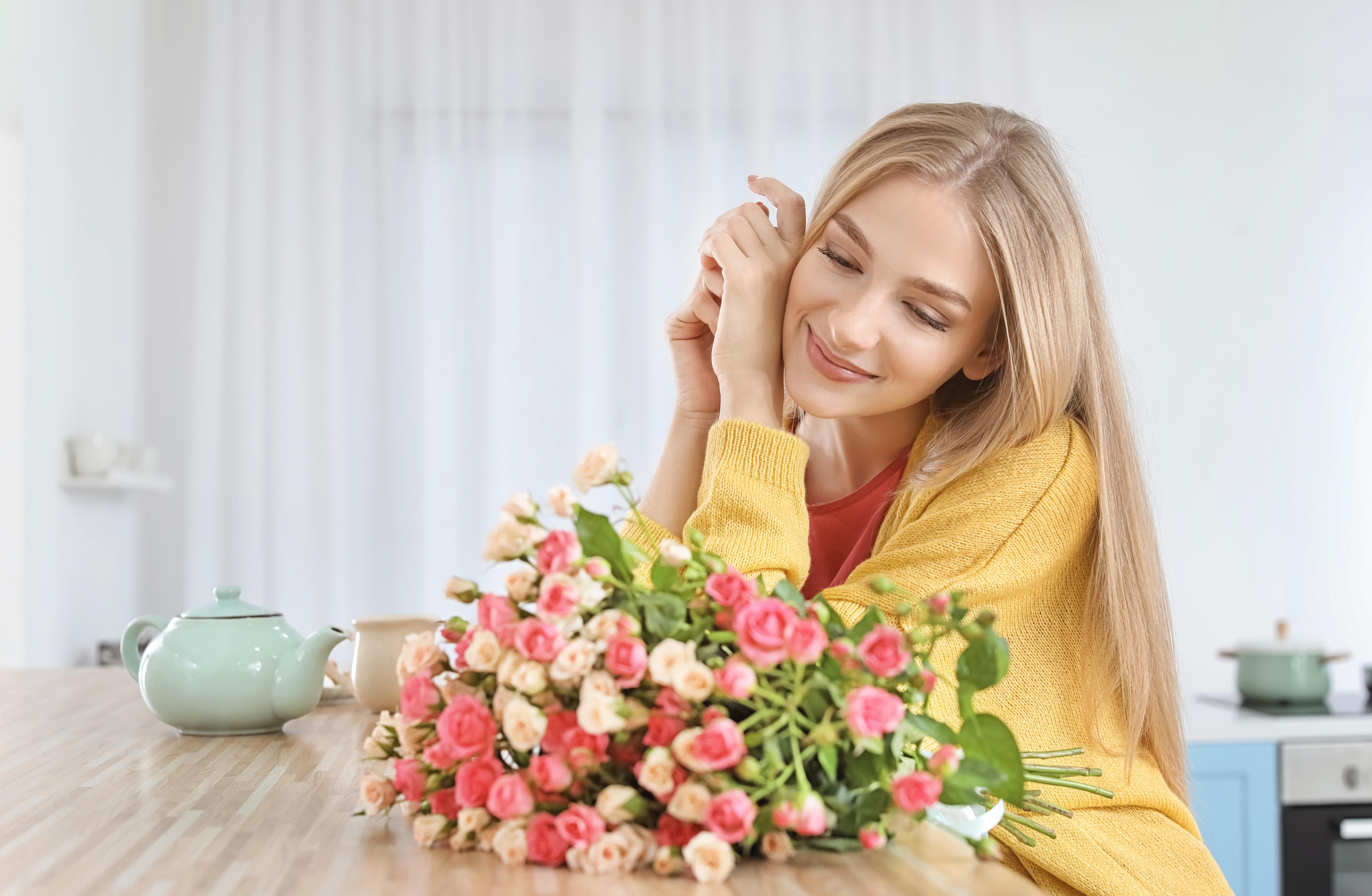 Женщины с букетами цветов