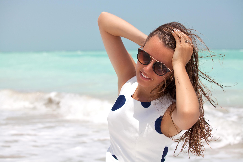 Картинки девушек с очками на море