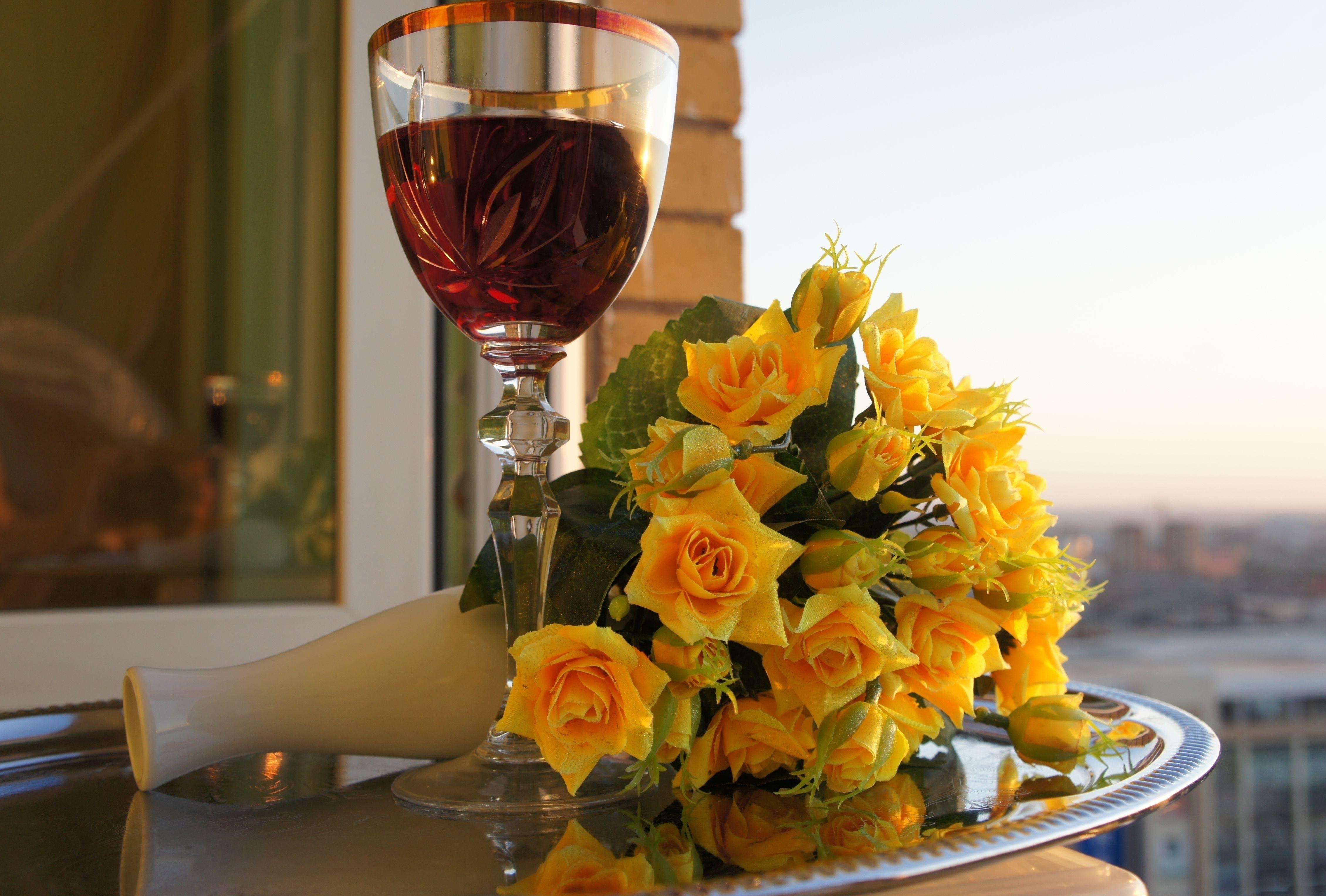 красивые картинки вино и роза на столе крыльцо металла