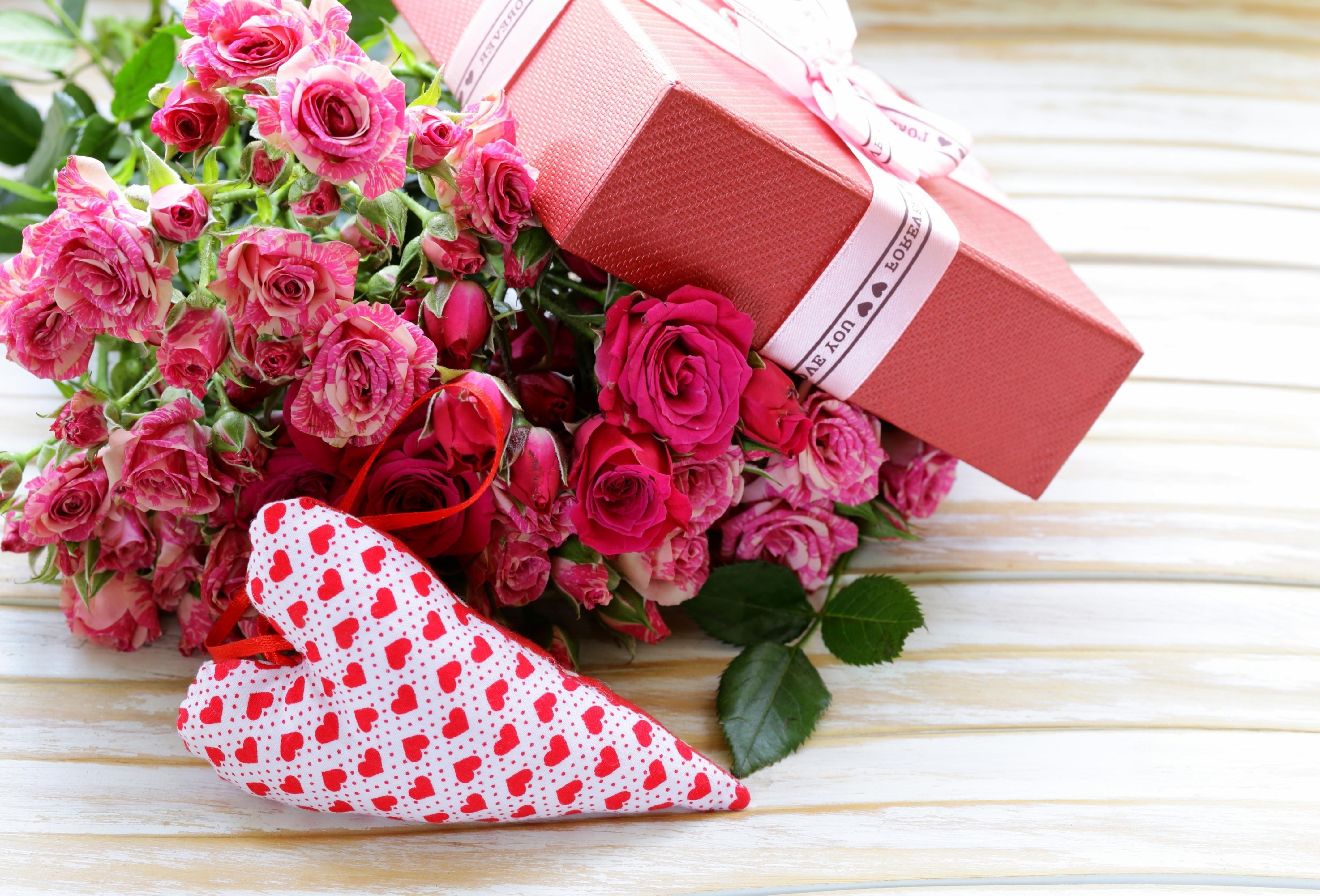Открытка с подарком женщине