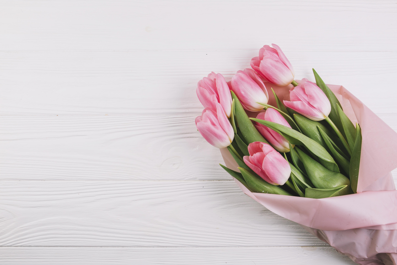 Открытка с красивым букетом тюльпанов