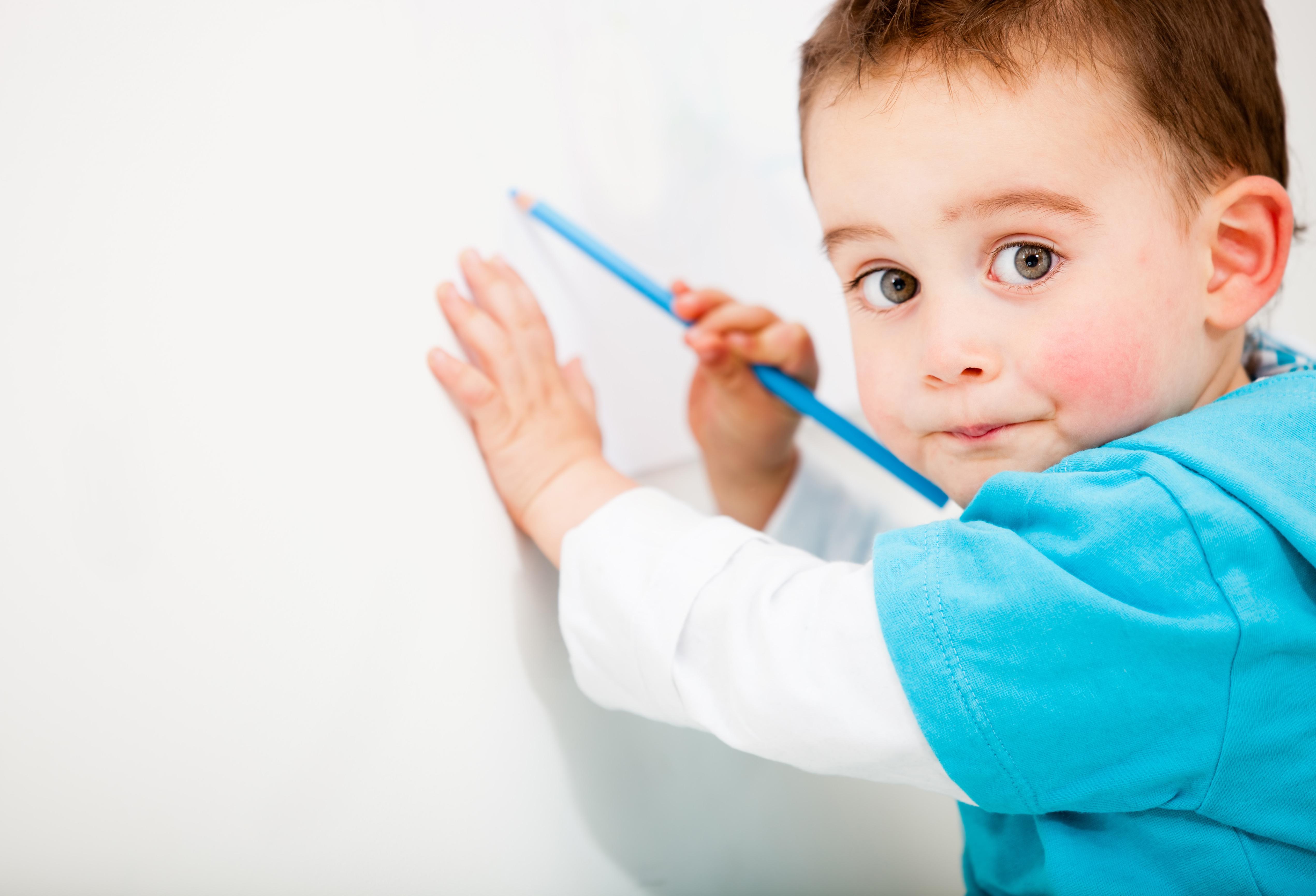 Мальчик рисует картинки, анимация