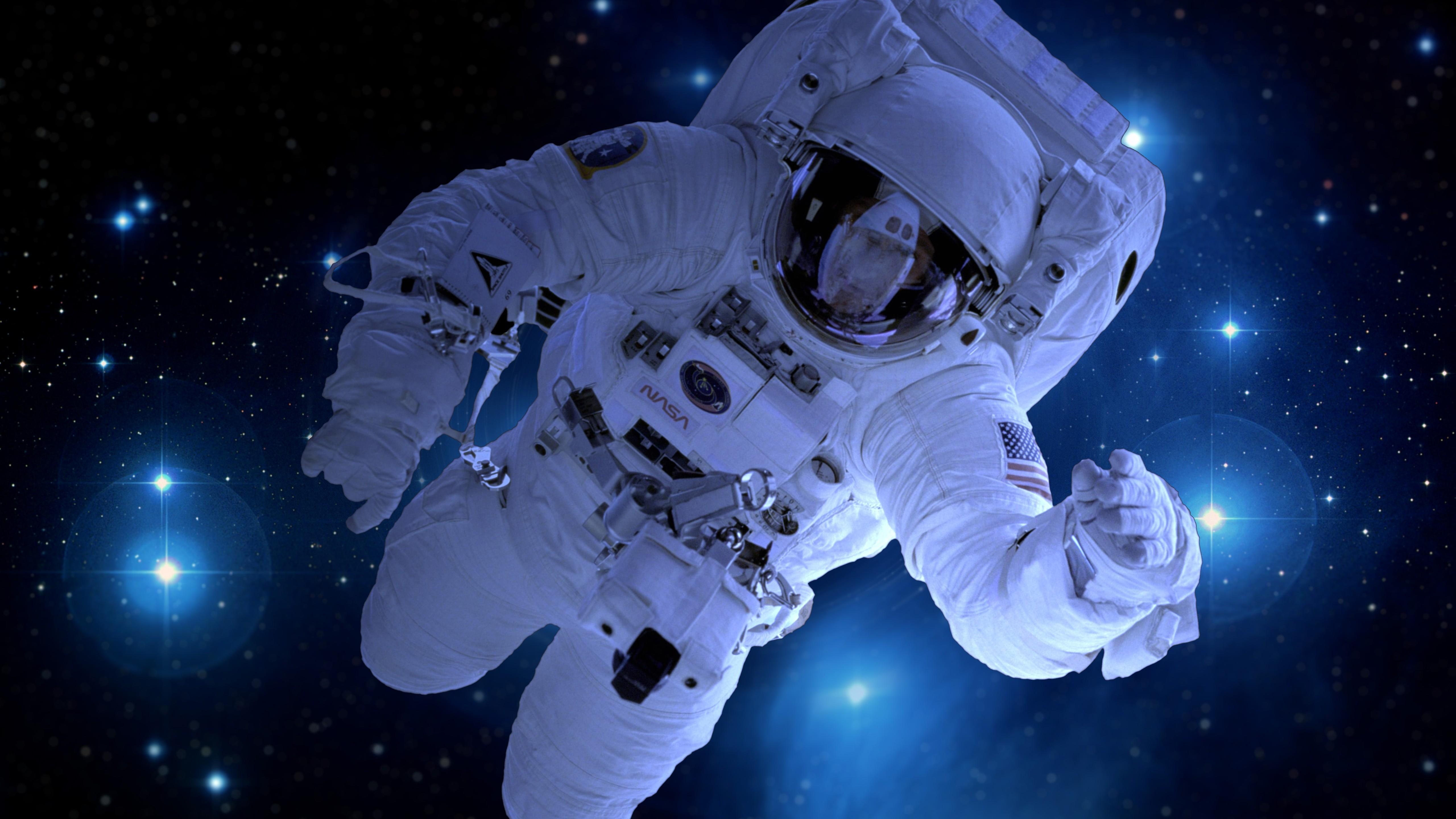 Космонавт в открытом космосе фото