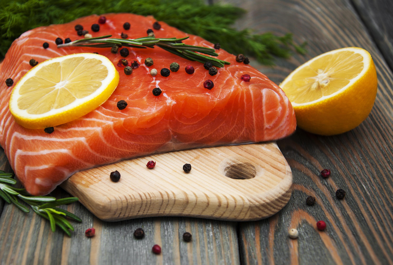 готово фото красной рыбы на столе что морские