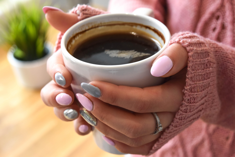 Своими, картинка с чашкой кофе в руках