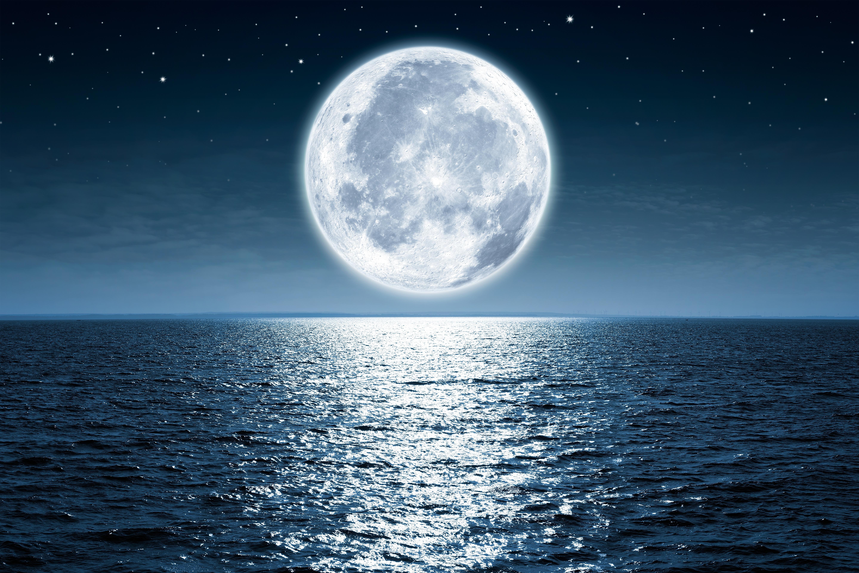 луна на небе рисунок завышенной талией