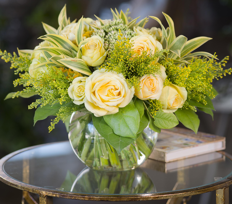 красивый букет цветов в вазе на столе кавээнщика