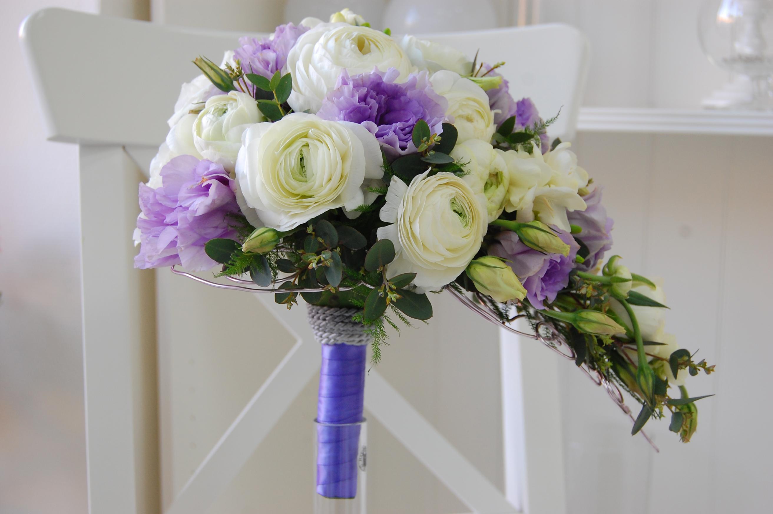 Каскадный букет из фрезии и ранункулюса, цветы